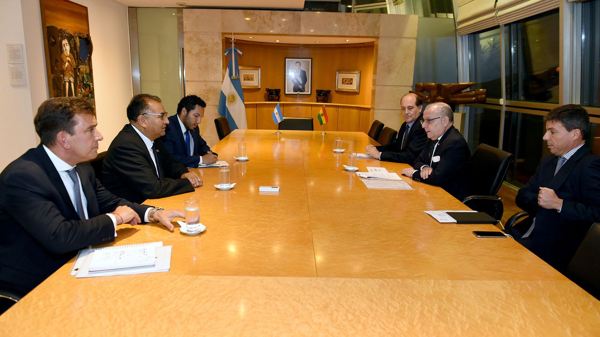 El Canciller Jorge Faurie durante una reunión reciente con el embajador británico Mark Kent