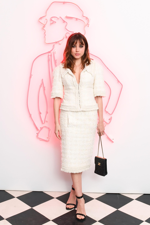 Ana De armas se inclinó por los clásicos de la firma que incluye : chaqueta y falda de tweed blanca