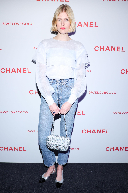 Louise Parker, un look casual chic, camisa de muselina y jeans clásicos