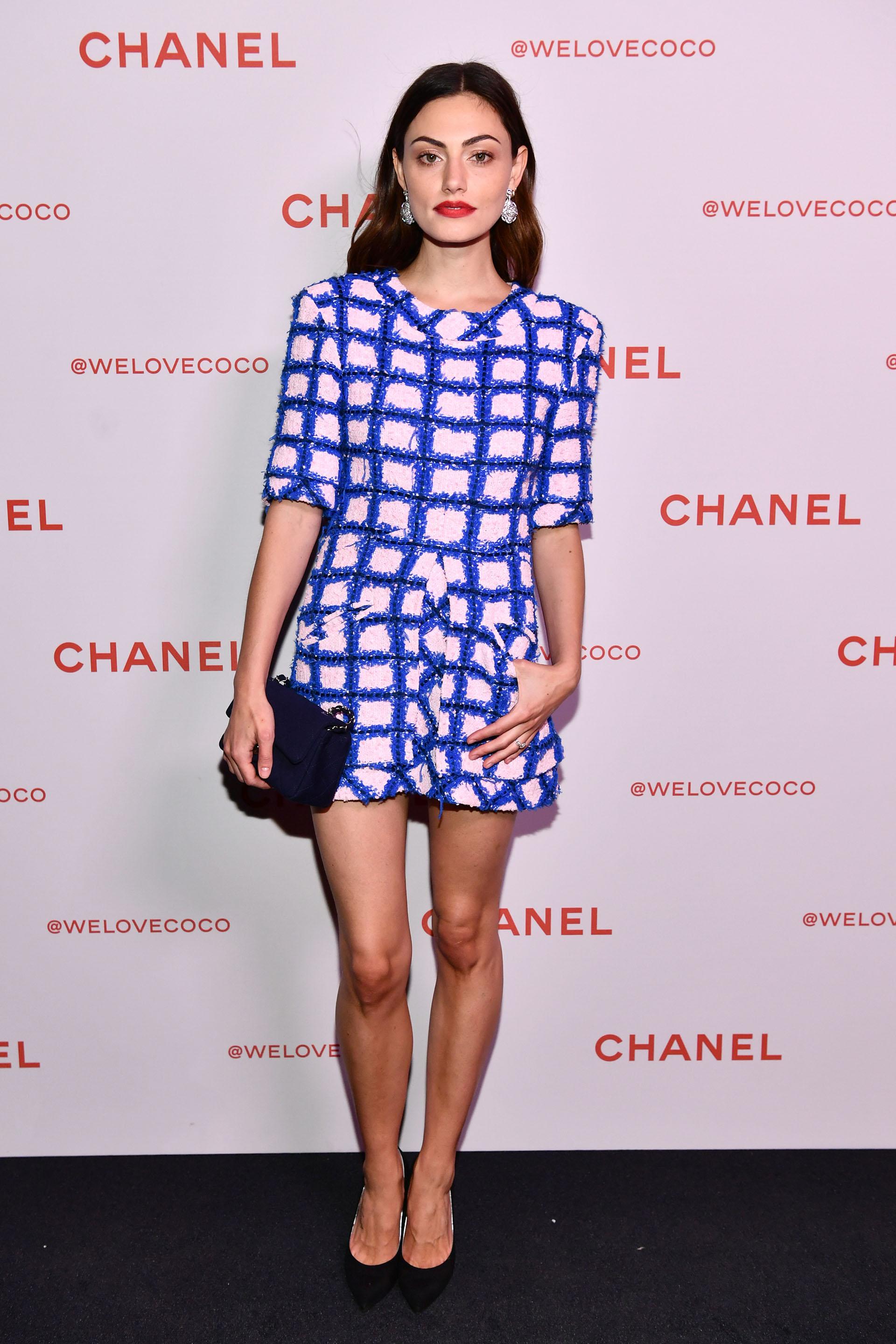 Phoebe Tonkin con un mini dress con apliques en tweed