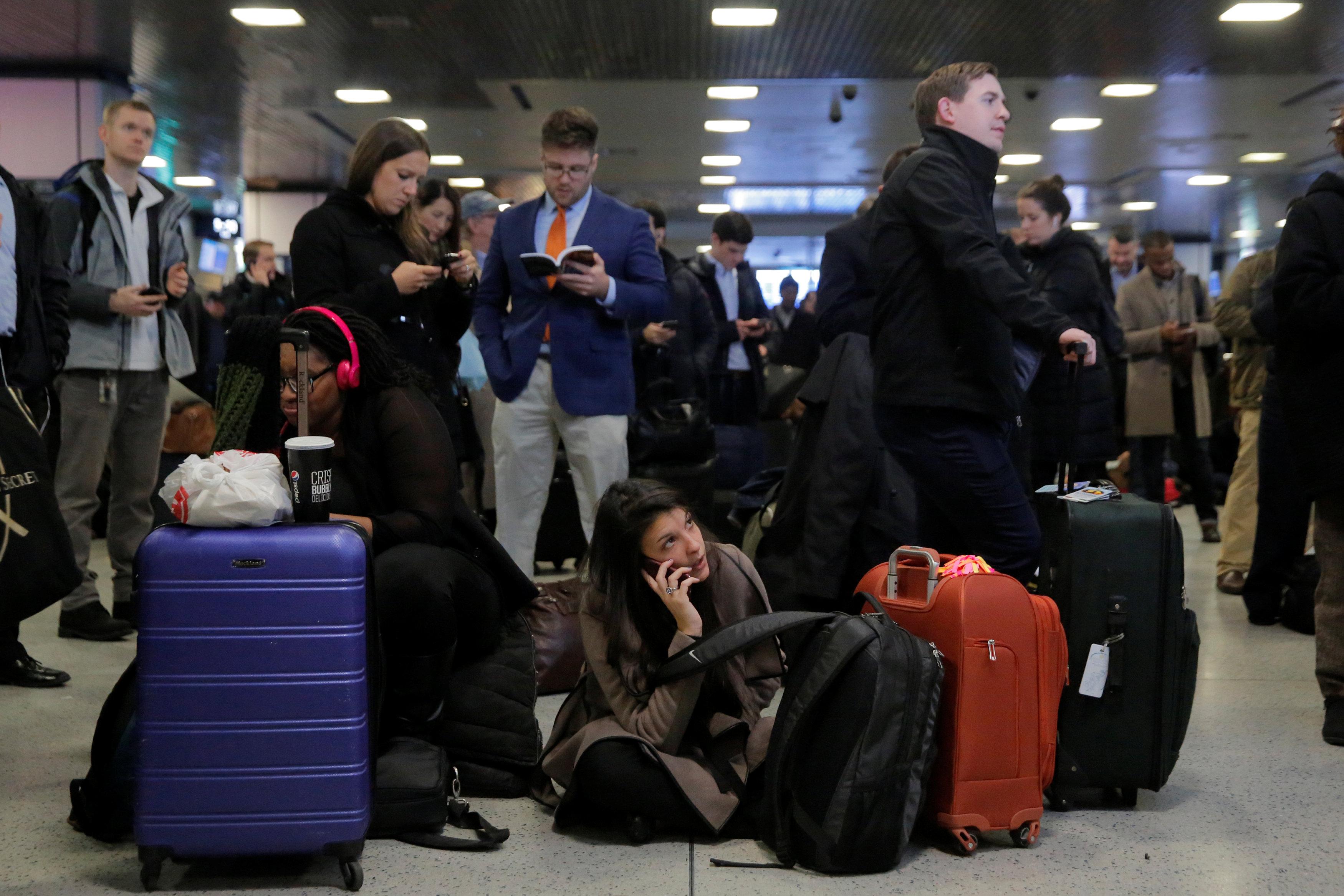 Personas esperan una estación de tren en Pensilvania luego que los trenes fueran cancelados. (REUTERS/Andrew Kelly)