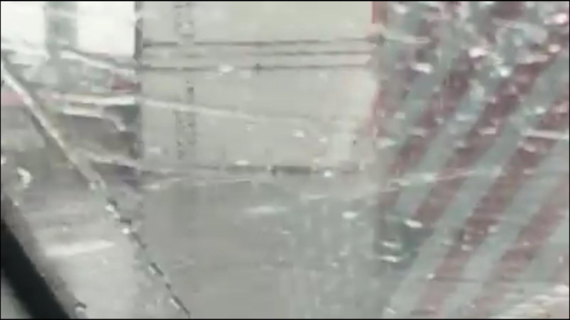 El camión quedó tendido de costado en medio del puente