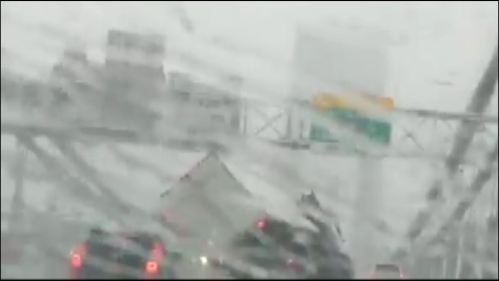 El camión se venía tambaleando por el viento