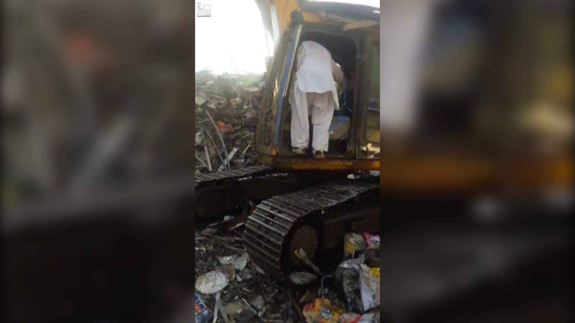 Un operario se subió a la excavadora para vengarse