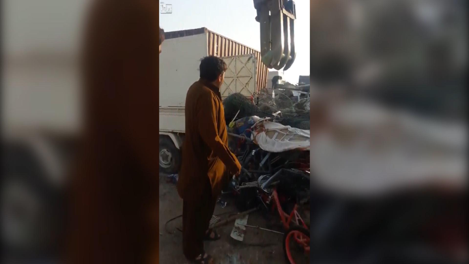 El recolector se quejó por cómo removían los escombros de su camión