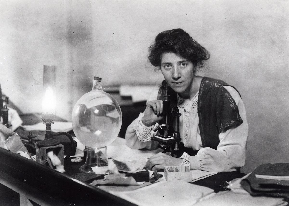 Marie Stopes en su laboratorio