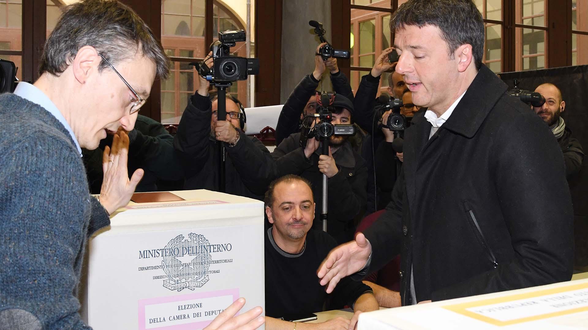 La dura derrota electoral puso en dudas el liderazgo de Renzi y parece haber sellado su carrera política(AFP)