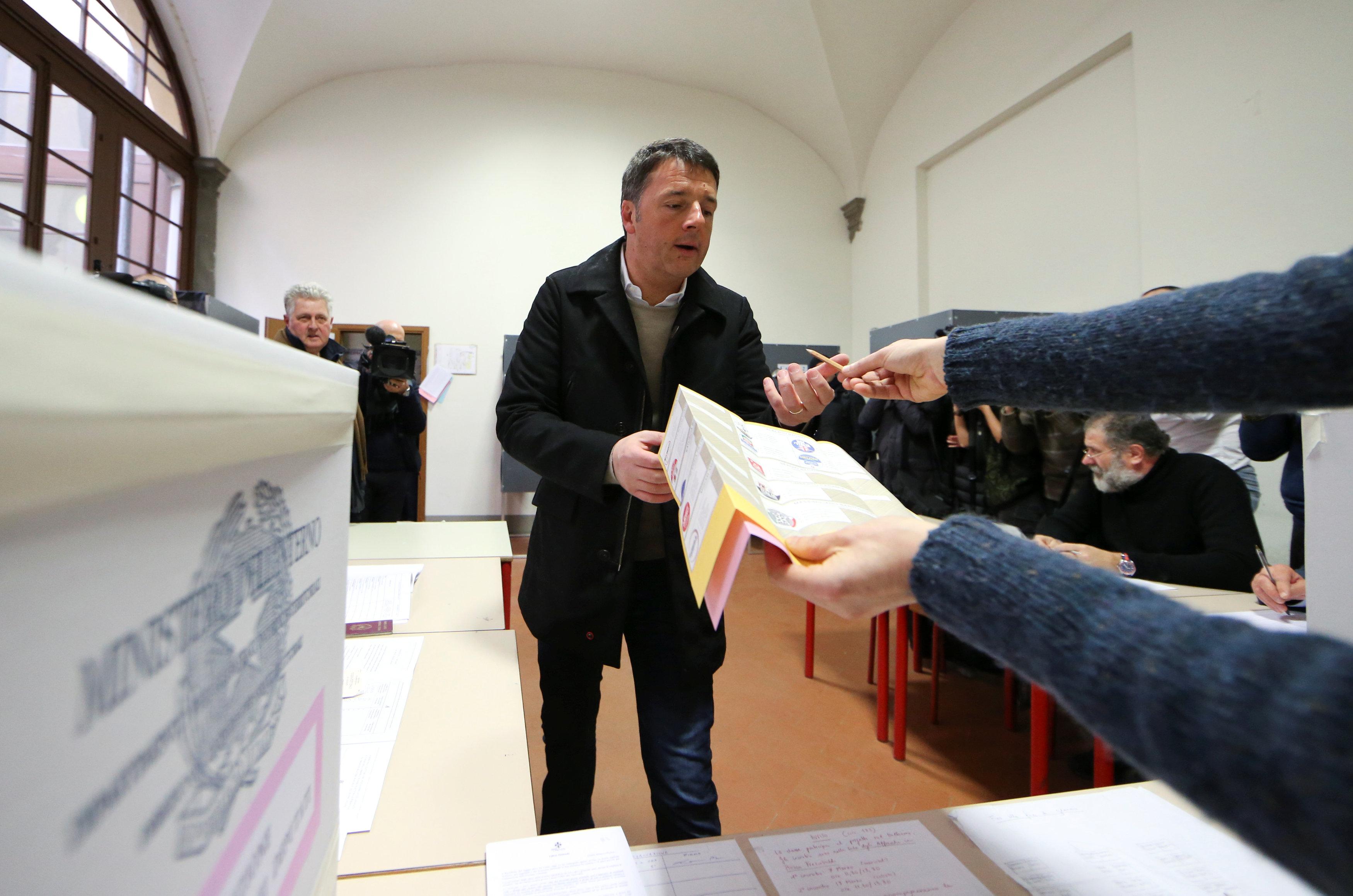 Matteo Renzi durante su voto (REUTERS/Alessandro Bianchi)