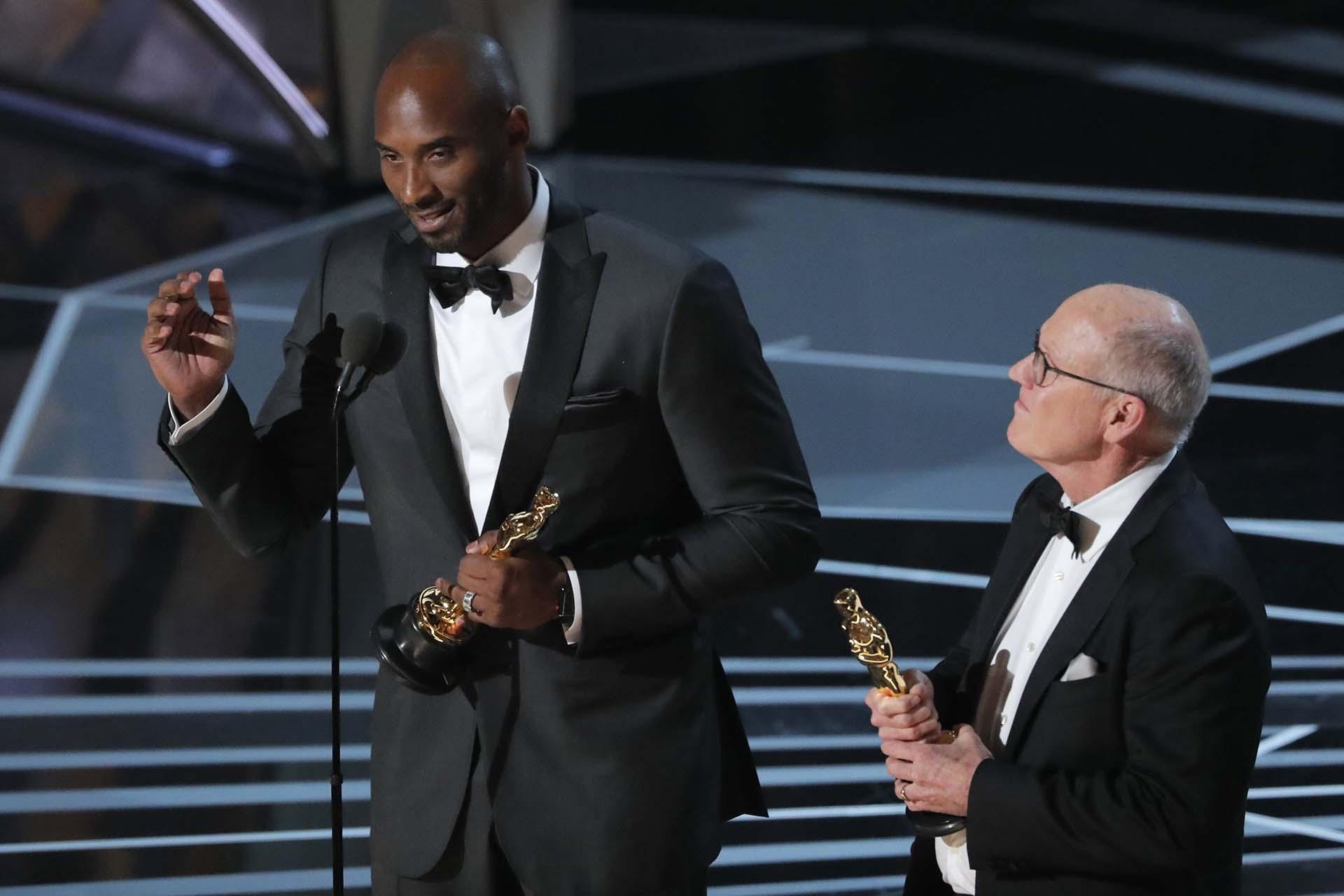 """Kobe Bryant y Glen Keane (R) agradecen el premio a Mejor Corto de animación por """"Dear Basketball"""""""