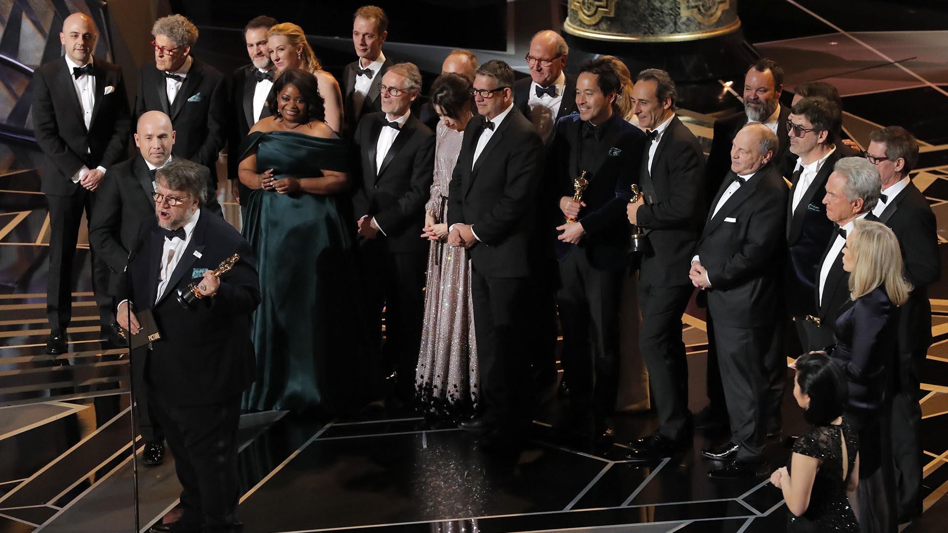"""Guillermo del Toro agradece junto a varios actores y productores el premio a la Mejor Película por """"La forma del agua"""""""