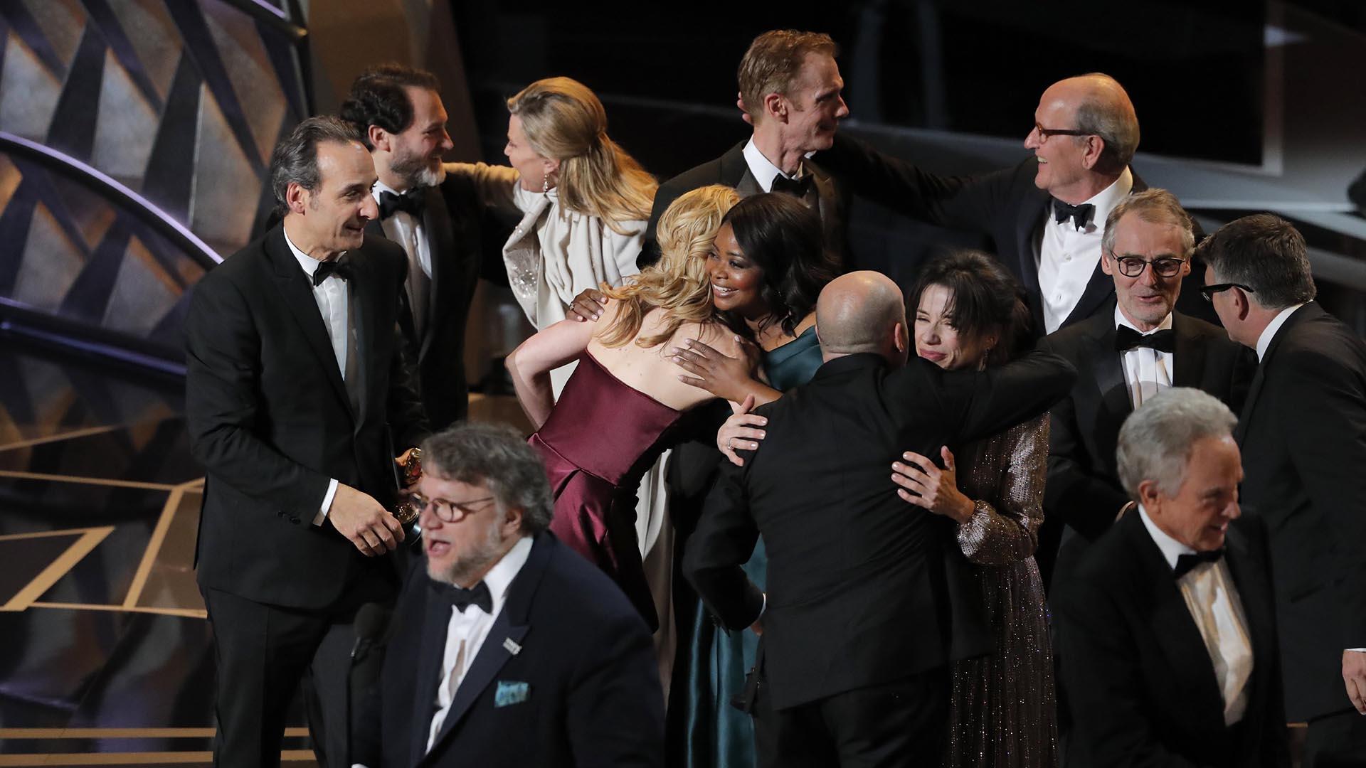 """El festejo de los actores y productores, junto al director Guillermo del Toro, al recibir la estatuilla a la Mejor Película por """"La forma del agua"""""""