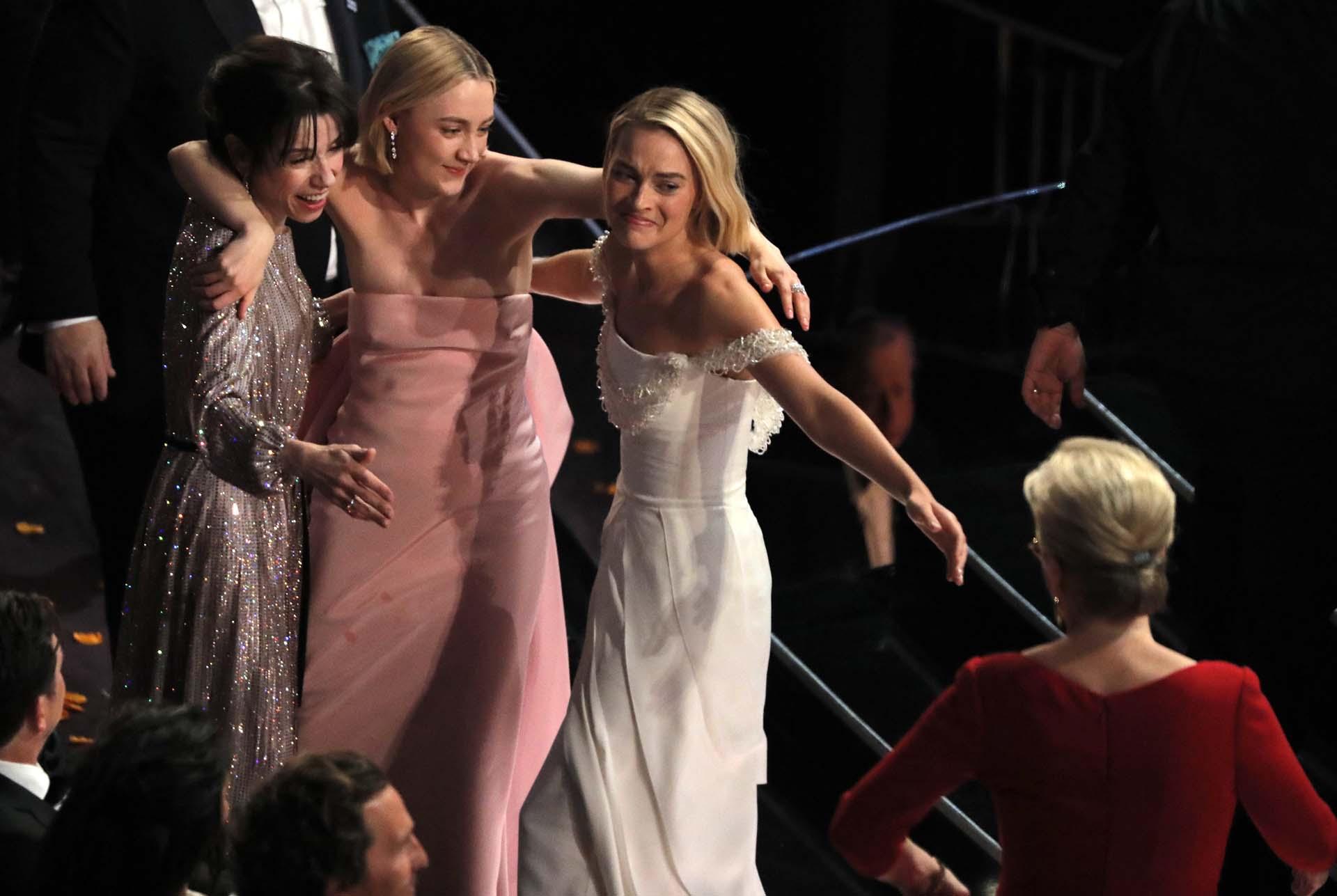 Sally Hawkins, Saoirse Ronan y Margot Robbie llaman a Meryl Streep para darse ánimo tras perder en la categoría Mejor Actrizcon Frances McDormand's