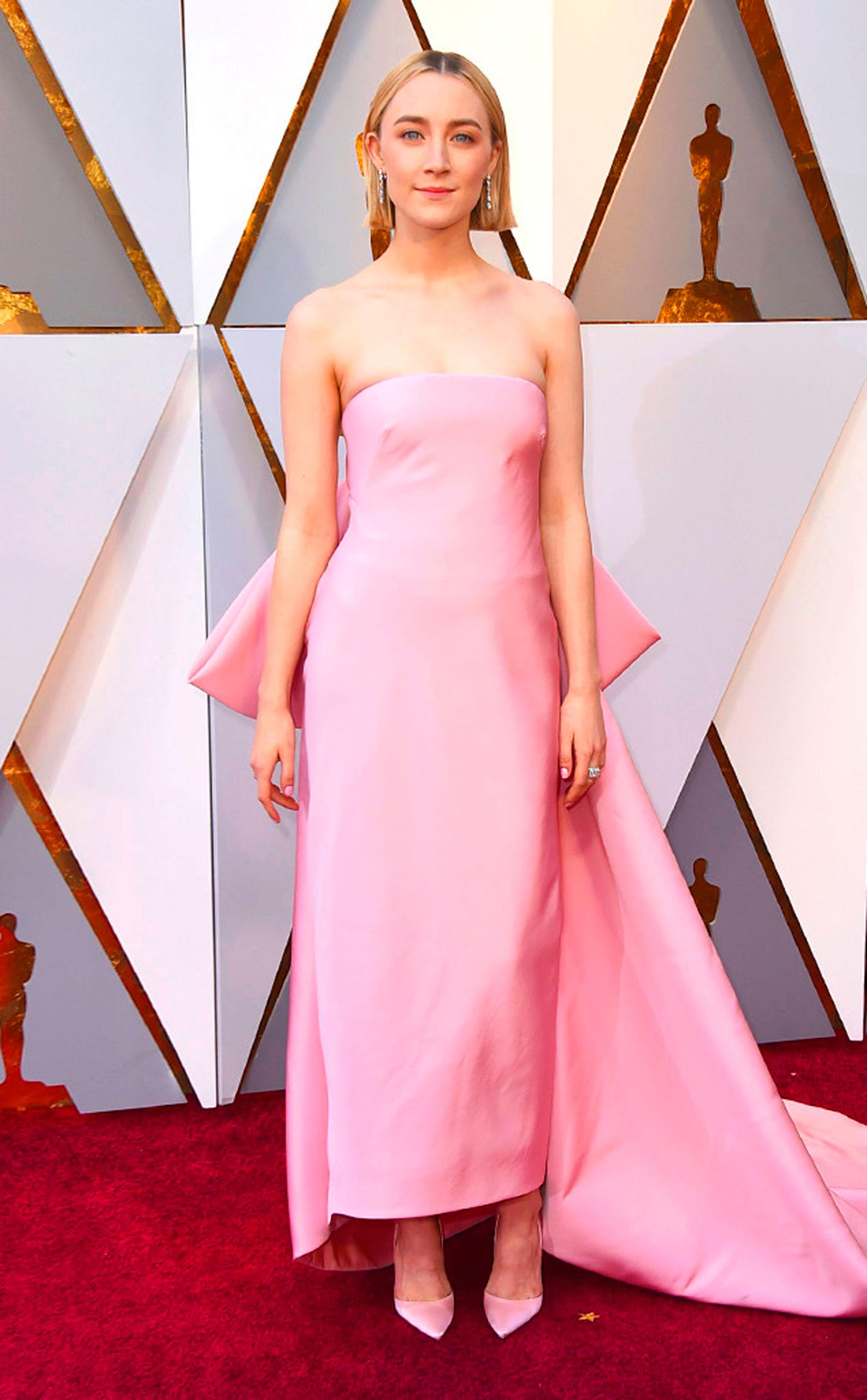 Saoirse Ronan en rosa (Foto gentileza E!)
