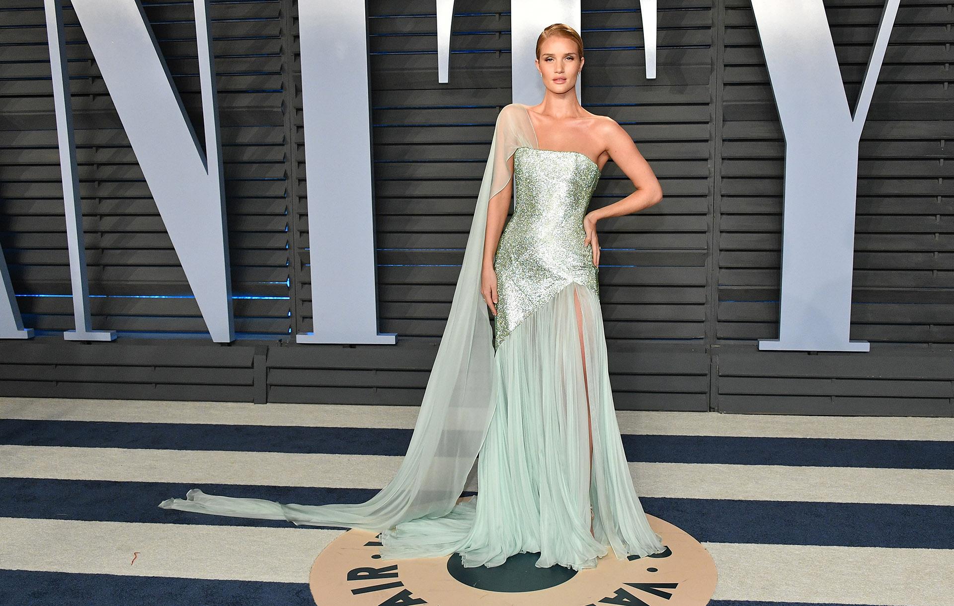 La modeloRosie Huntington-Whiteleyuna de las más distinguidas del festejo luego de la ceremonia de los Oscar 2018. Un diseño metalizado de Ralph & Russo