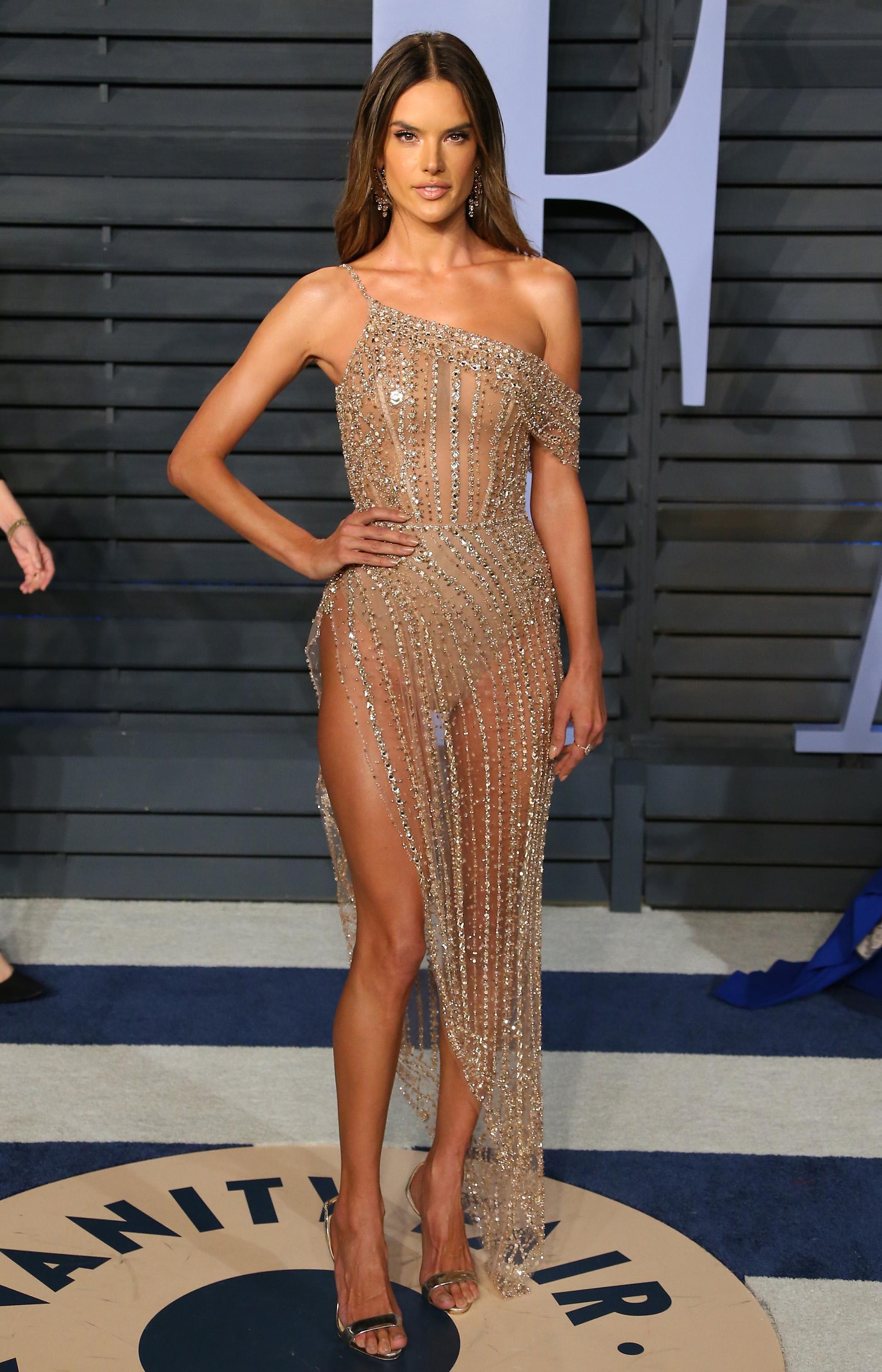Alessandra Ambrosio -muy sexy – con un vestido de piedras bordadas y transparencias