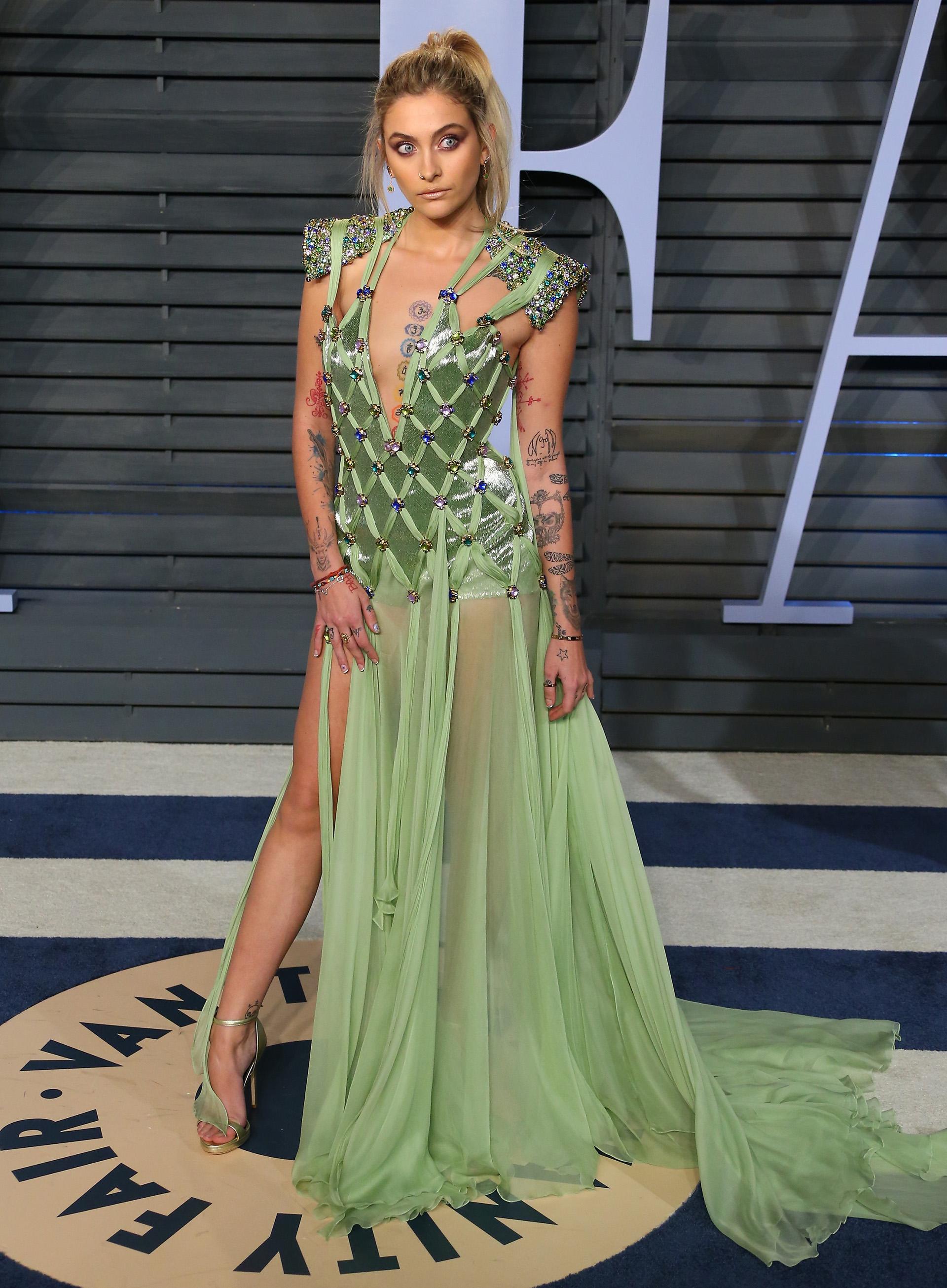 Paris Jackson con un look audaz de Versace