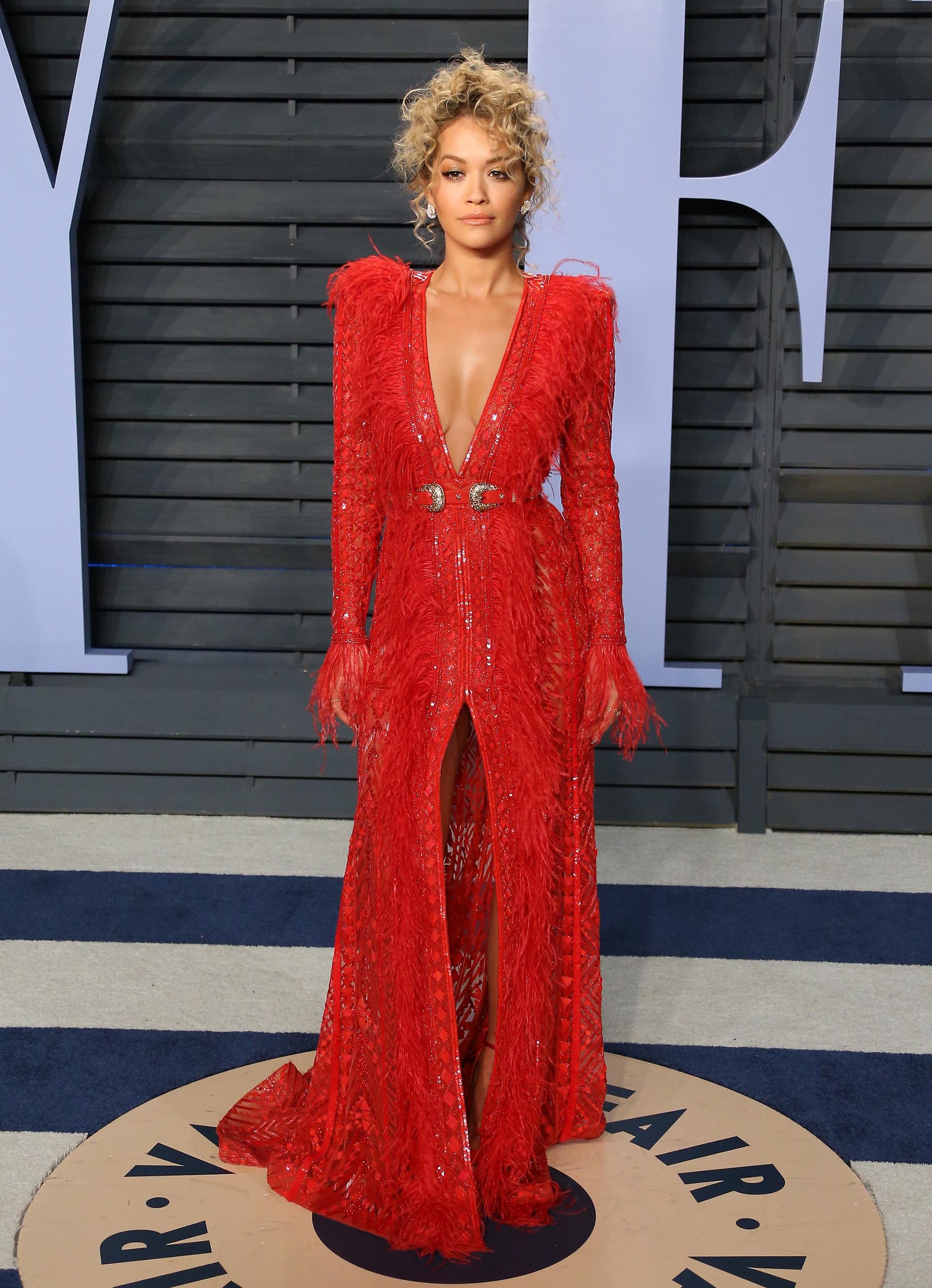 Rita Ora con un diseño vanguardita con transparencias y apliques de pluma del diseñador Zuhair Murad