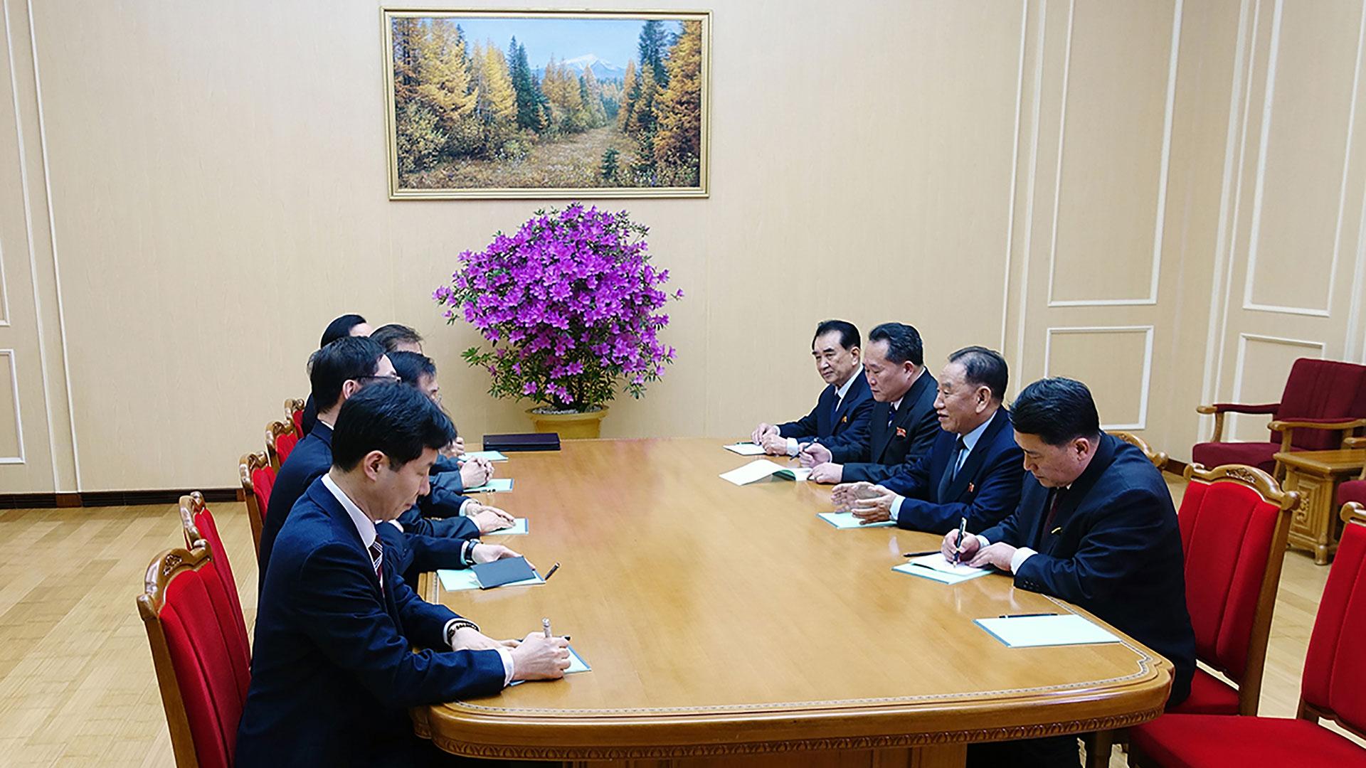 El encuentro tuvo a la delegación surcoreana, dirigida por el titular de la Oficina de Seguridad Nacional Chung Eui-yong, y al general Kim Yong-chol (segundo de la derecha), encargado de los asuntos intercoreanos de la dictadura comunista de Kim Jong-un (AFP)
