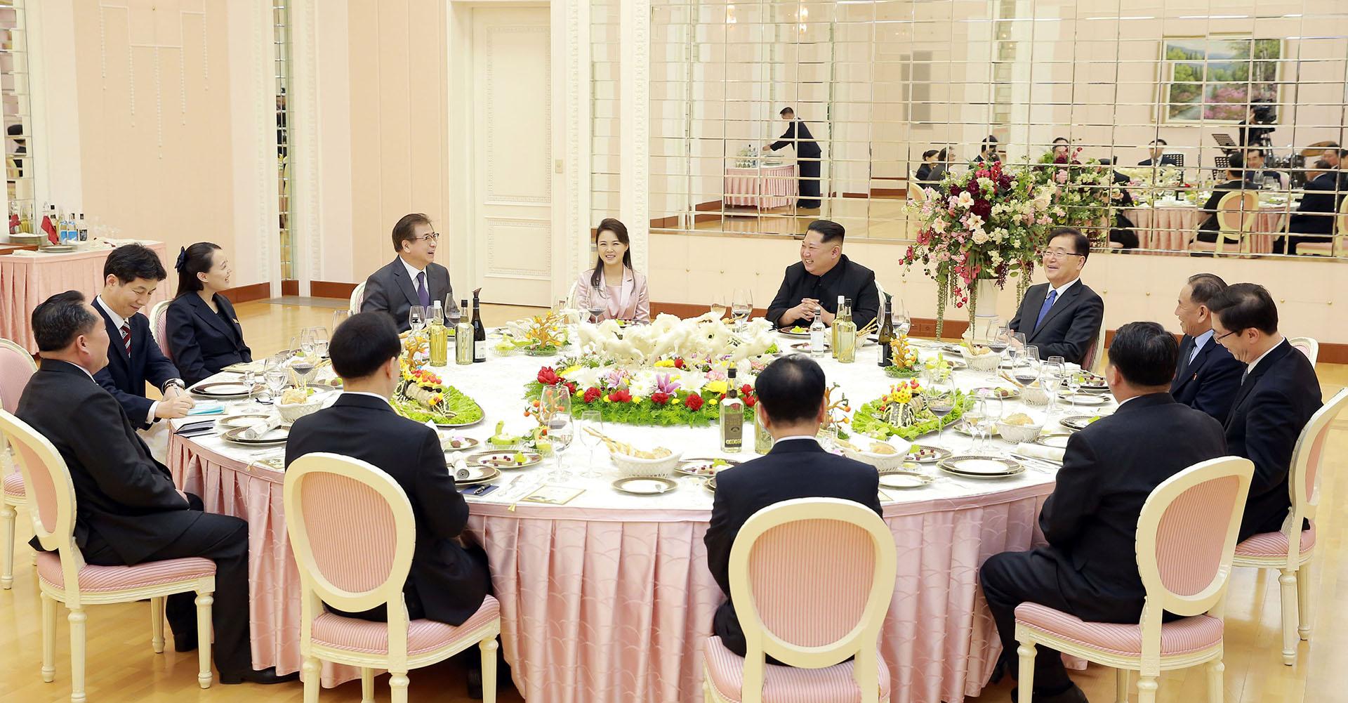 En la cena, a la que asistieron Chung y el resto de delegados, el líder norcoreano estuvo acompañado por su esposa, Ri Sol-ju, y su hermana, Kim Yo-jong