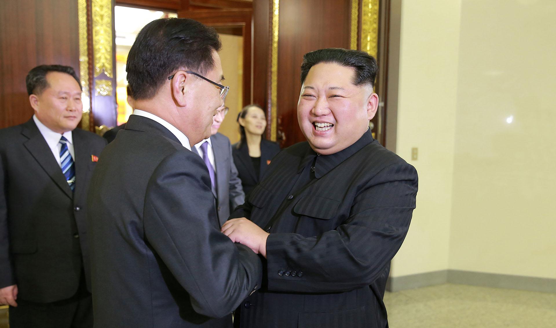 Kim Jong-un saluda al líder de la delegación surcoreana, Chung Eui-yong