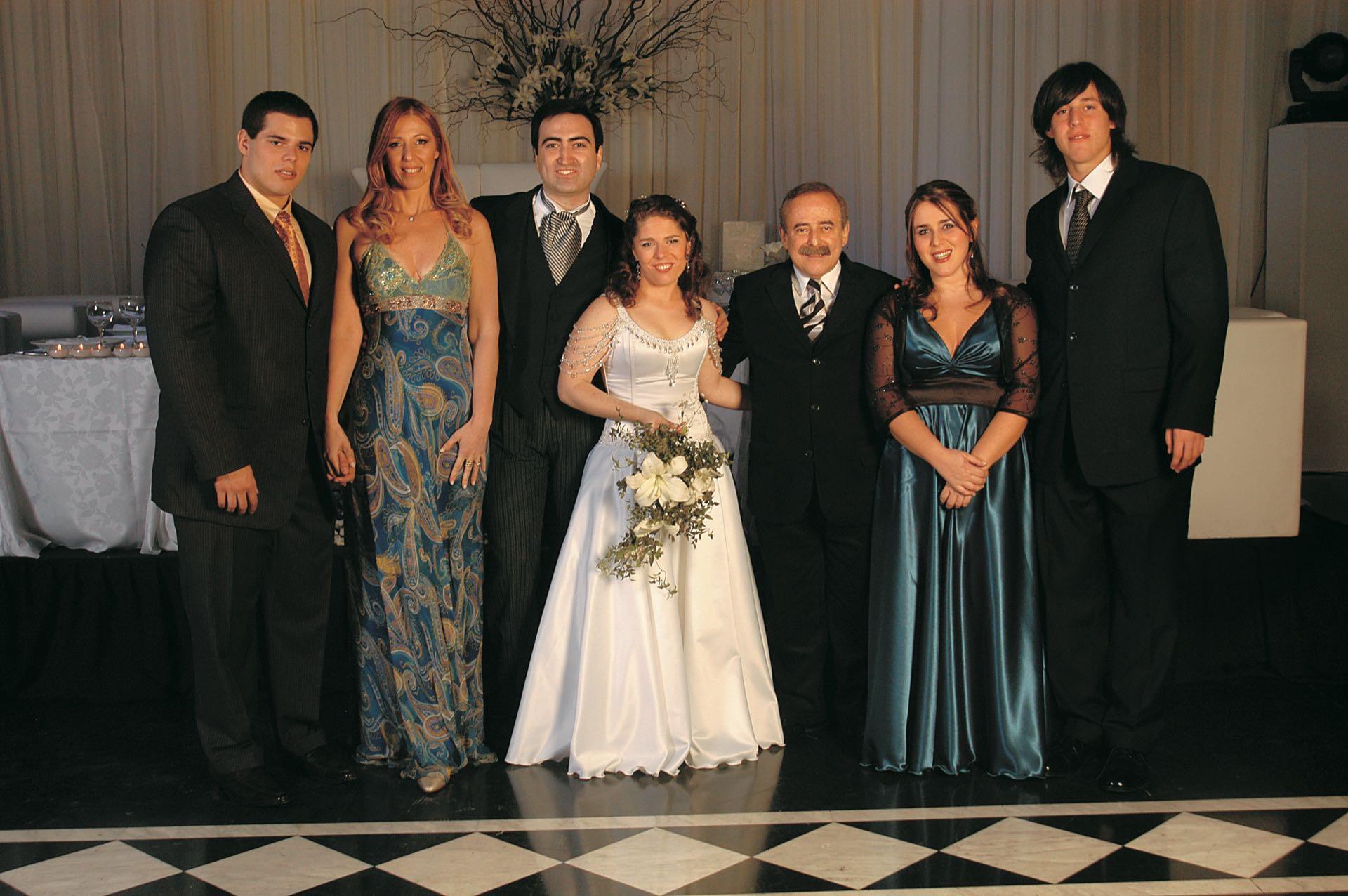 La familia unida, en el casamiento de Soledad con Andrés Trebliner, en agosto de 2007. Ocurrió en el Palais Rouge y hubo 220 invitados. (Foto Archivo GENTE)