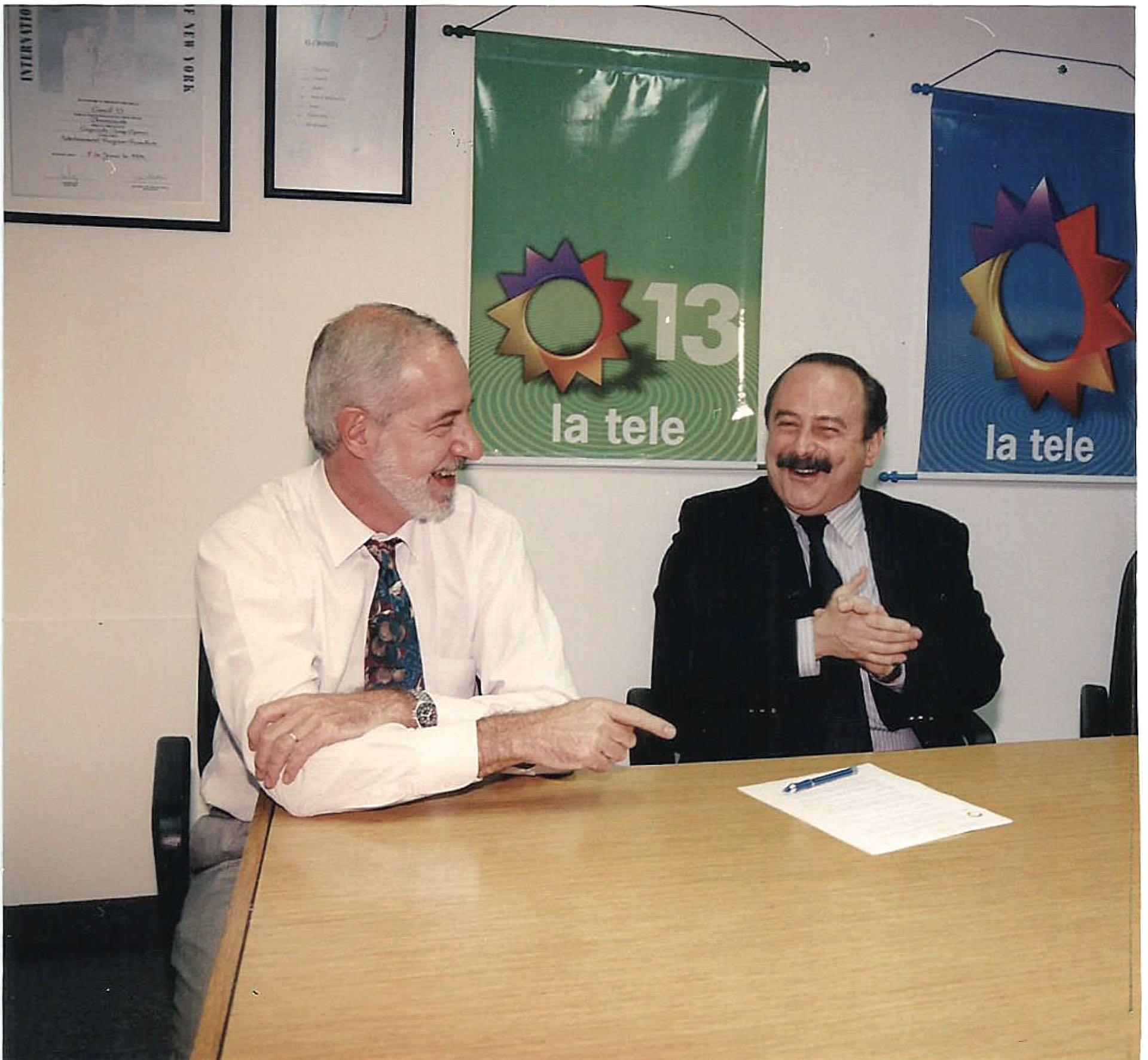 Firmando un contrato con Hugo Di Guglielmo, gerente de programación de Canal 13 y luego entrañable amigo. (Foto Archivo GENTE)