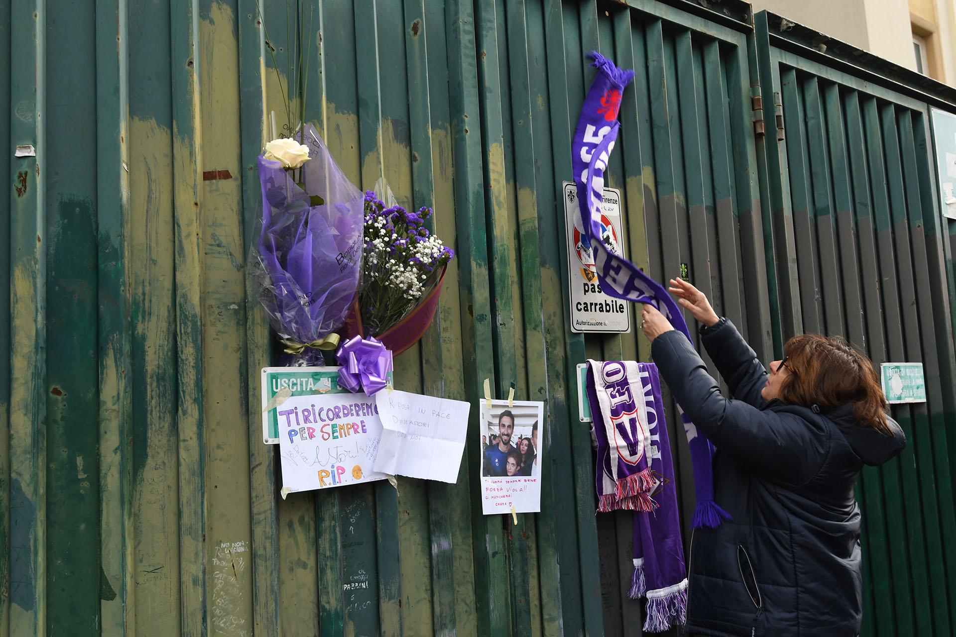 Los simpatizantes de Fiorentina se acercaron al Artemio Franchi para despedir al capitán Davide Astori (AFP)