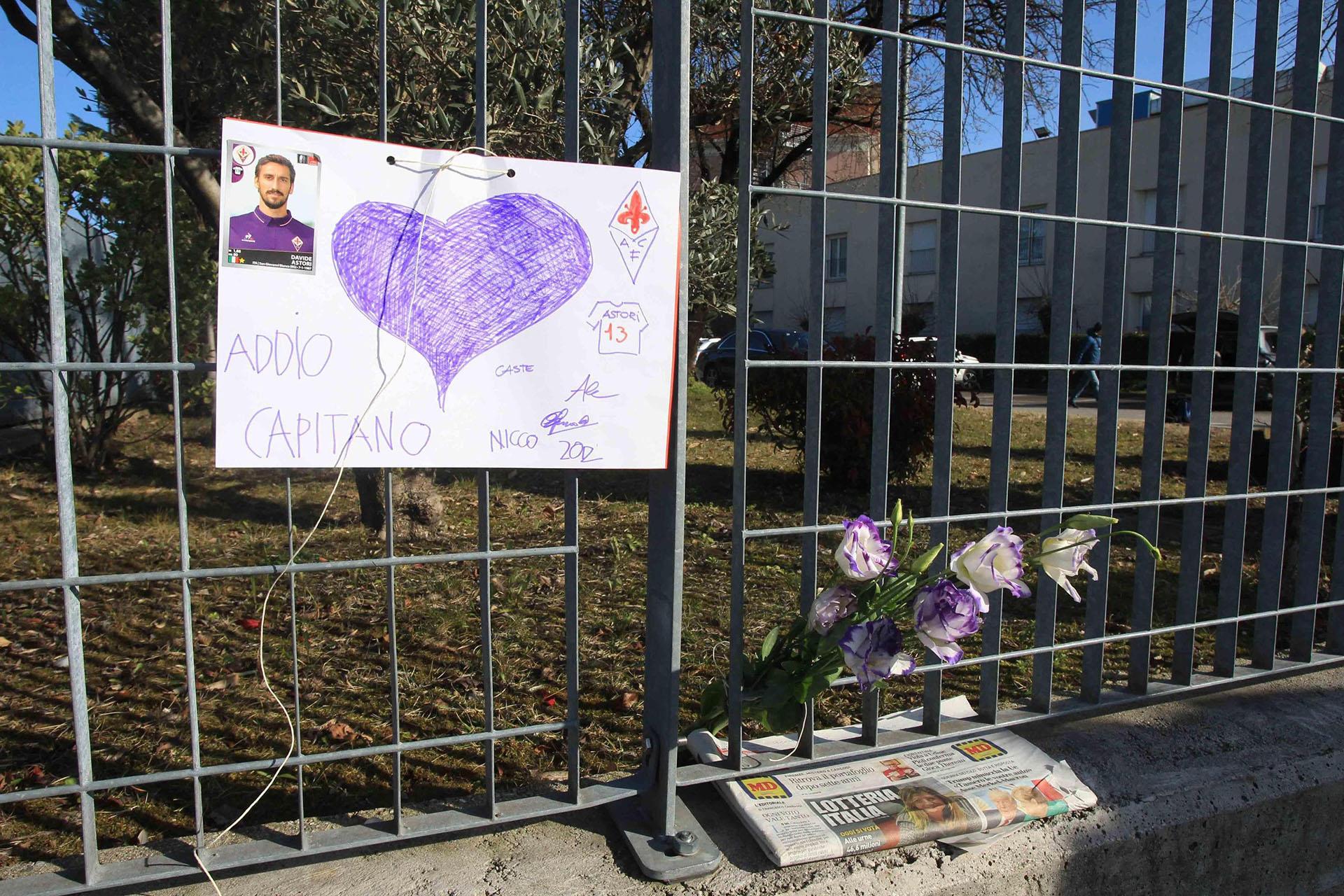 Los simpatizantes de Fiorentina se acercaron al Artemio Franchi para despedir al capitán Davide Astori (EFE)