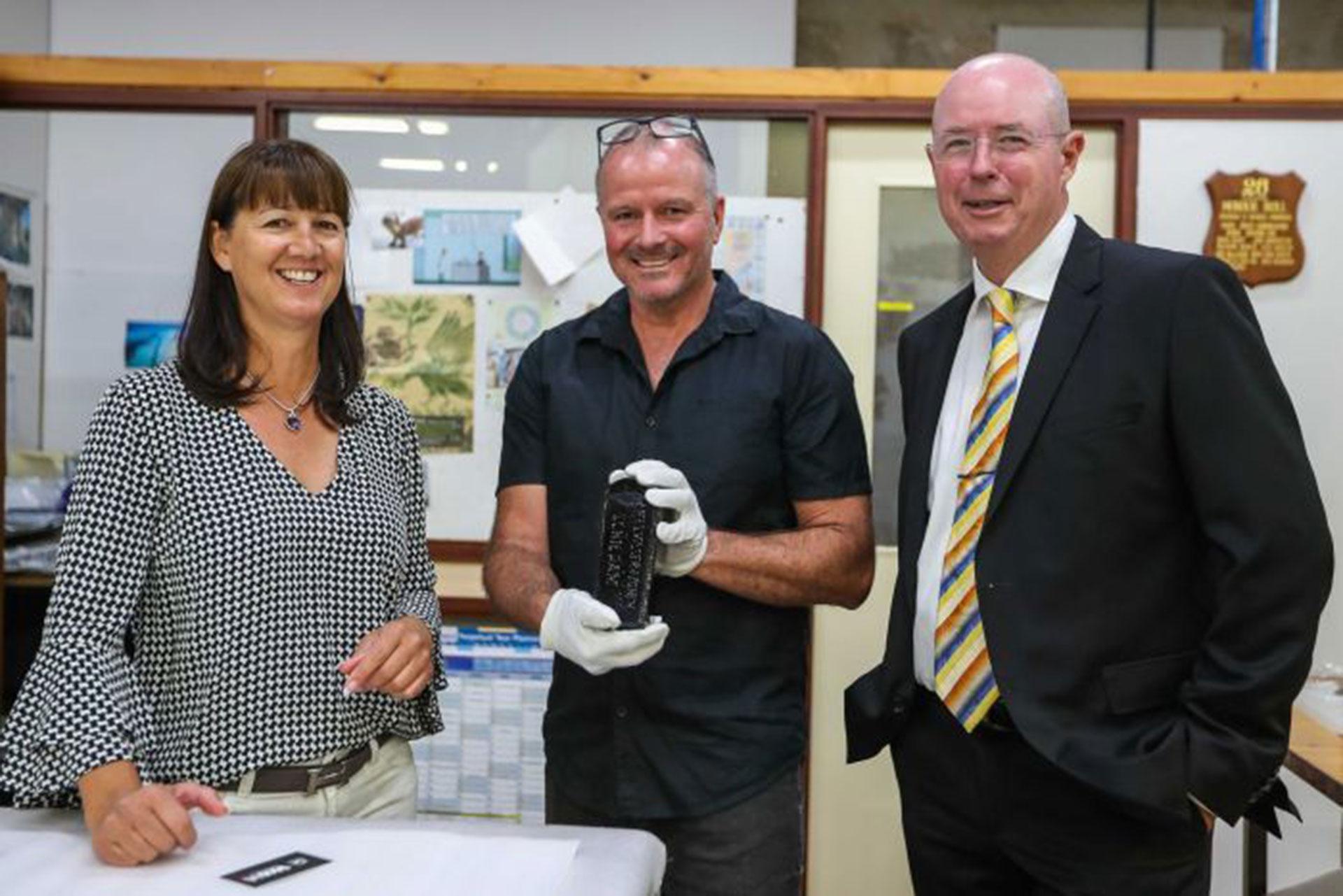 Tonya Ilman y su esposo Kym, junto a Ross Anderson, del Western Australia Museum. Colegas alemanes y holandeses compararon el manuscrito con el registro del libro de navegación del Paula