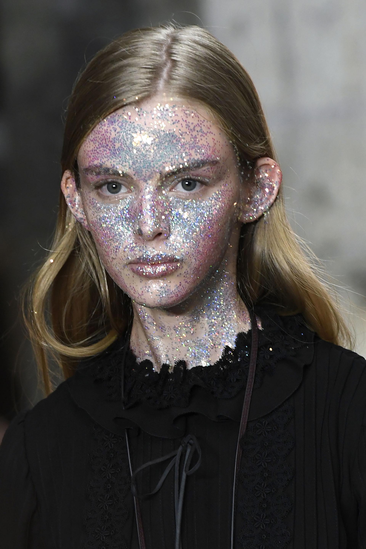La presentación de Giambattista Valli en París con un maquillaje exagerado de glitter metalizado en todo el rostro (AFP)
