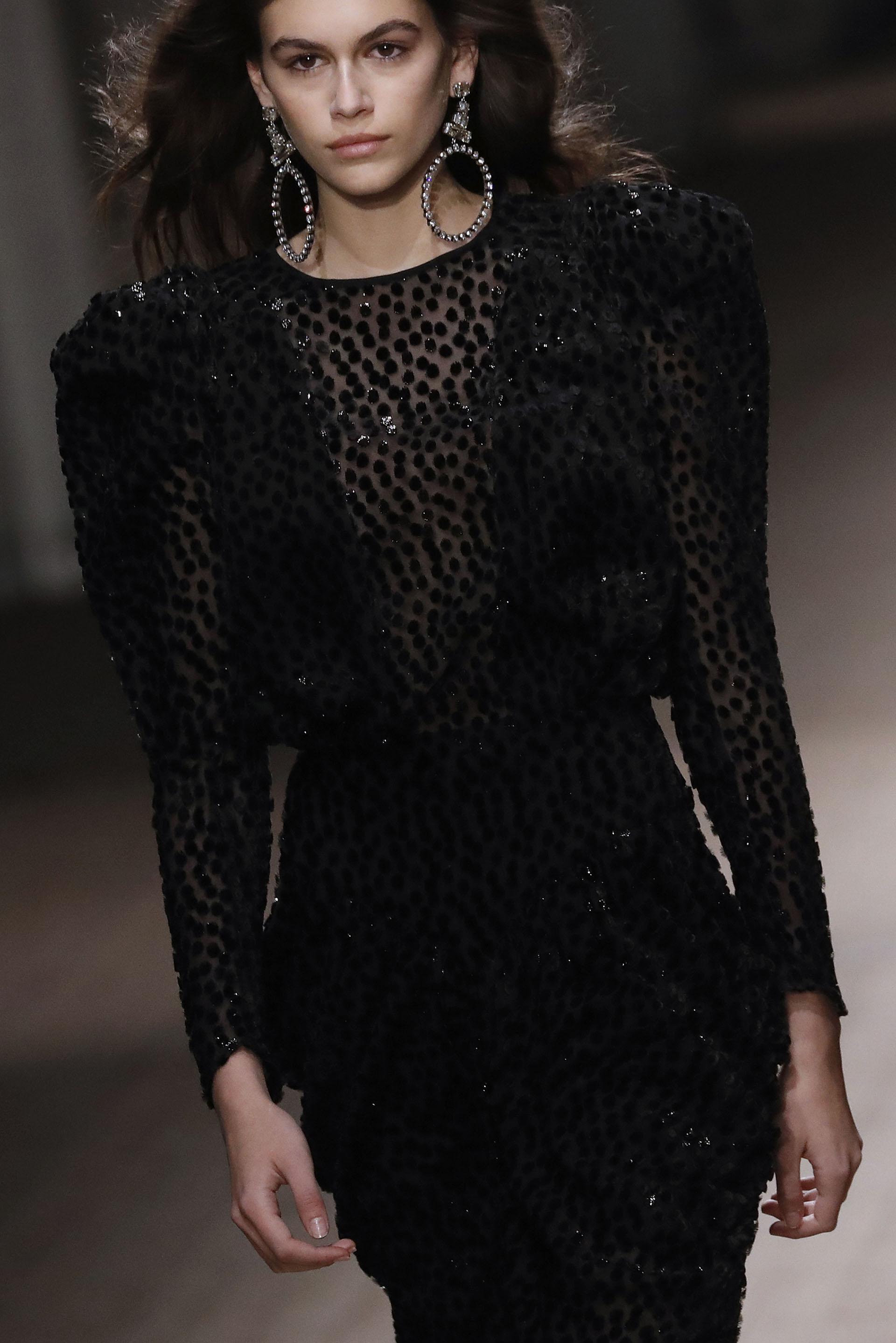 Isabel Marant, la diseñadora francesa, también la convocó para suúltima presentación. Enfunda en un mini dress de encaje y un beauty look relajado una imagen que recordó a su madre