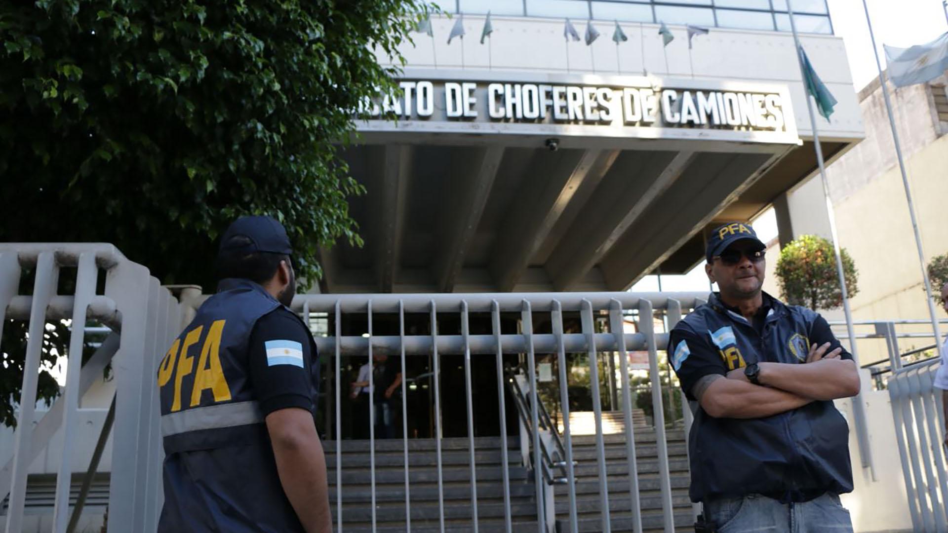 Operativo policial en la sede del sindicato que lideran Hugo y Pablo Moyano (foto archivo / Lihue Althabe)
