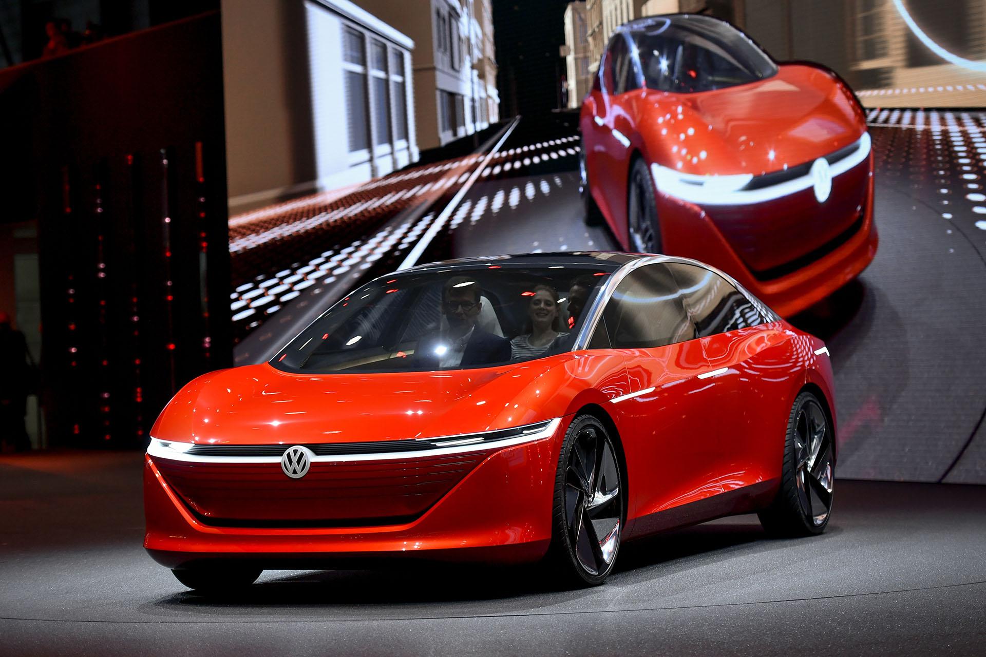 Un escaparate hacia el futuro. En Ginebra también hubo prototipos que invitan a ver la movilidad del mañana. ElVolkswagen I.D. Vizzion es uno de ellos: 100 eléctrico, completamente autónomo, no tiene volante y dispone de una autonomía de carga de 665 kilómetros