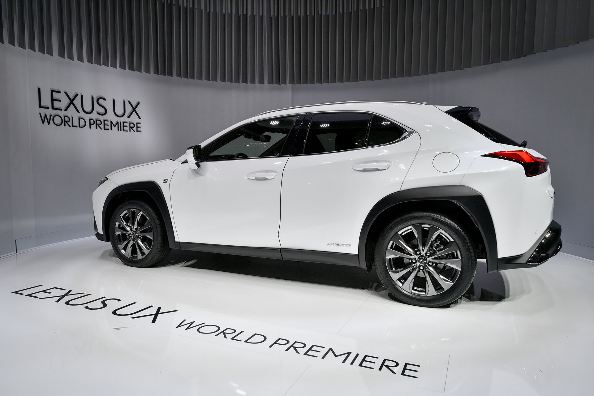 El Lexus UX es parte de una estrategia comercial de la división de alta gama de Toyota para seducir al público joven, por fuera de su mercado tradicional. Es un SUV compacto de estética atrevida y de mecánica híbrida, ubicado por debajo de su hermano mayor, el Lexus RX