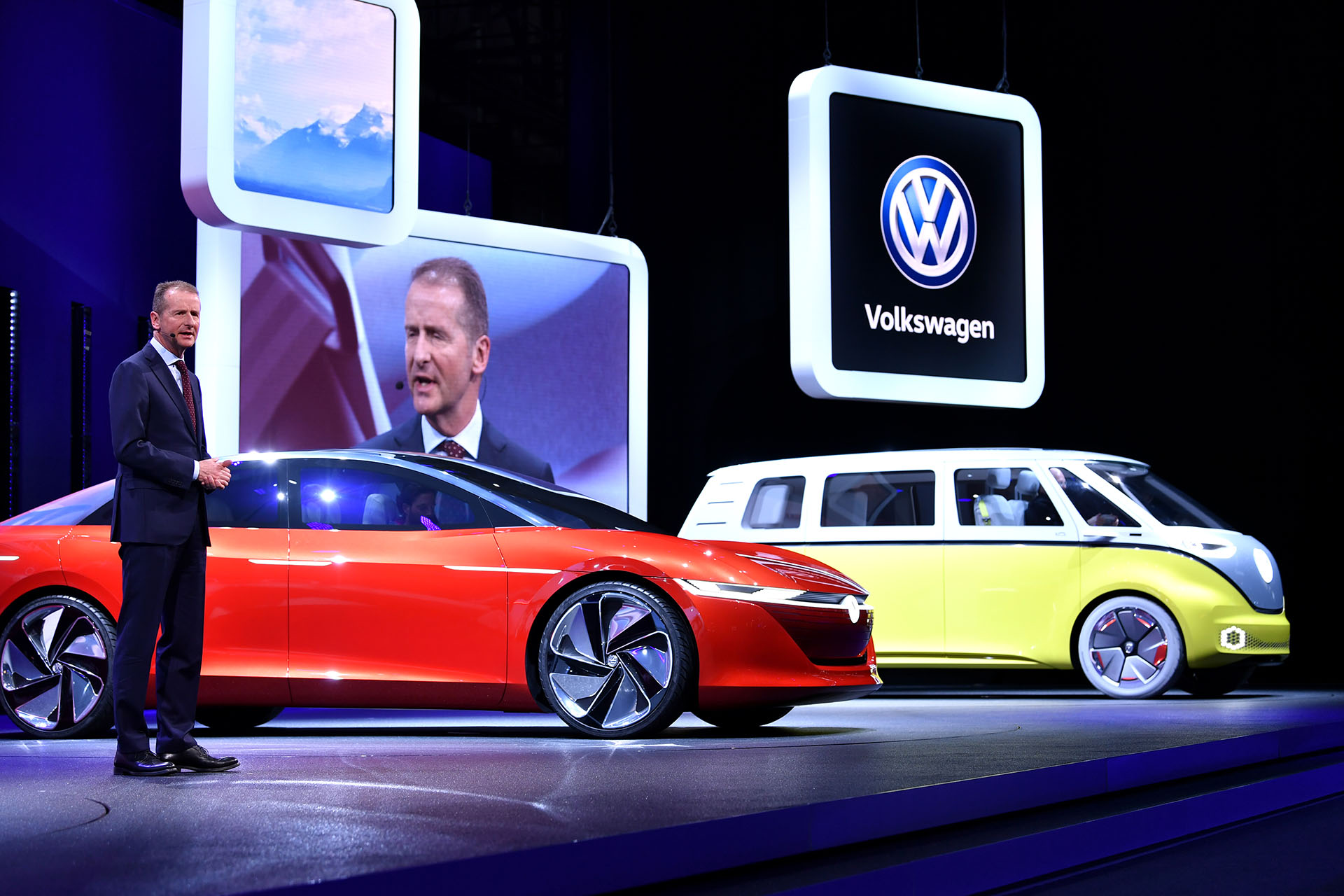 Hebert Diess, Presidente del Consejo de Administración y CEO de Volkswagen, brindó una breve conferencia en la que destapó las dos cartas futuristas de la marca: el Volkswagen I.D. Vizzion y el Volkswagen I.D. Buzz que ya exhibió en salones anteriores