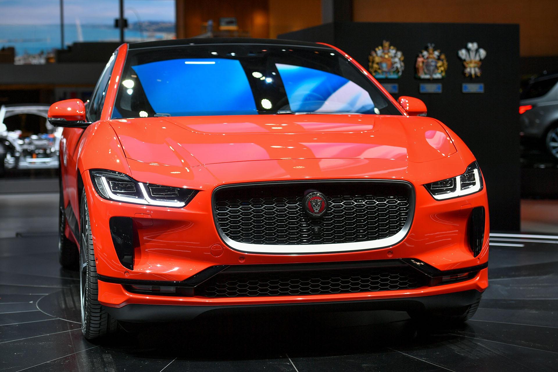 Jaguar mostró por primera vez el I-Pace, el primer vehículo 100% eléctrico del fabricante británico. El SUV se posiciona por tamaño y calidad de prestaciones entre el E-Pace y el F-Pace, y ofrece en su naturaleza sostenible 480 kilómetros de autonomía eléctrica y baterías de recarga rápida