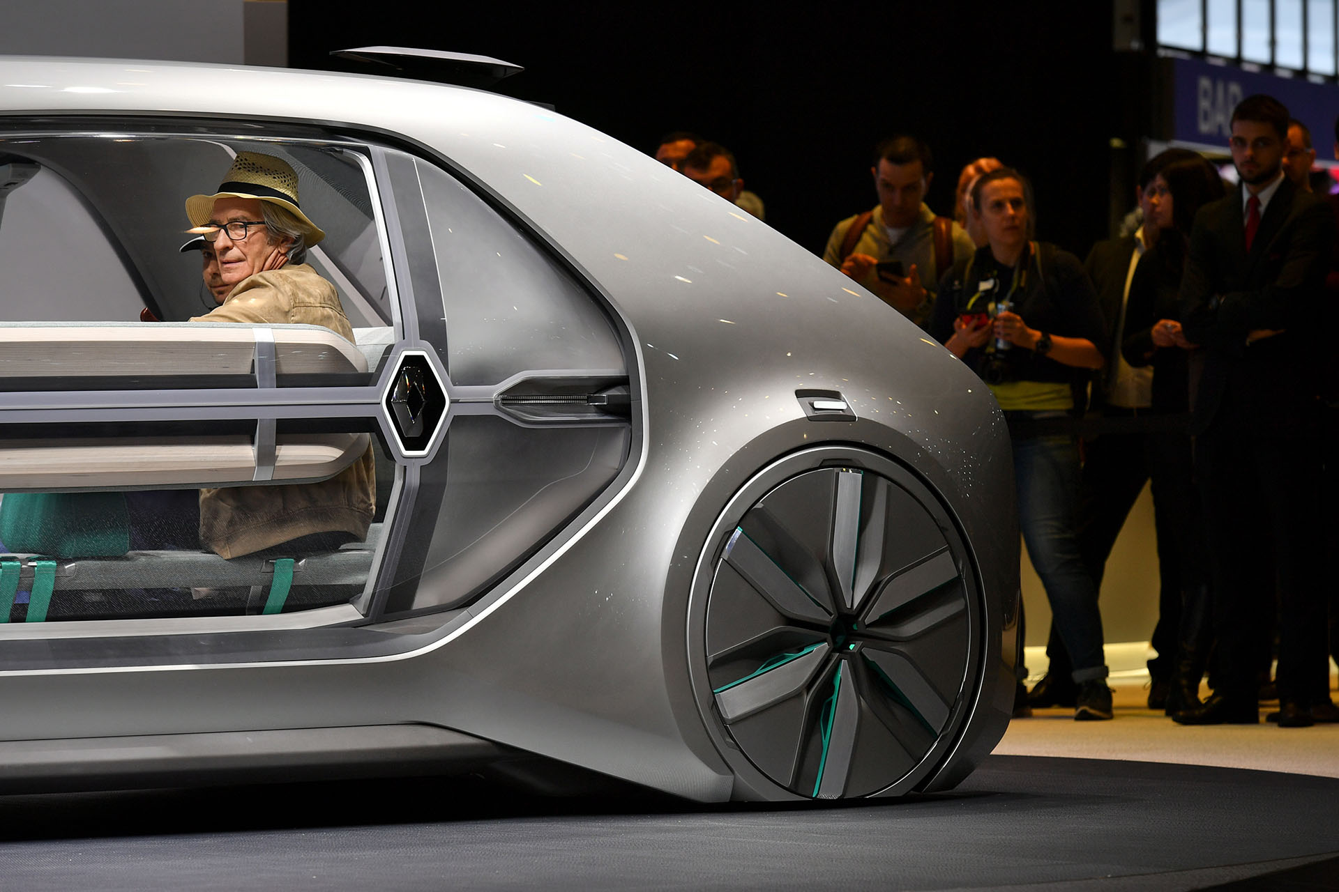 Un actor participó en la presentación del EZ-GO. La idea de la firma francesa es la de un auto para compartir, con nivel de autonomía 4 y una velocidad máxima de 50 kilómetros por hora que optimizaría el ritmo de las ciudades. Promete la búsqueda de una movilidad sostenible para todos, sin restricciones de capacidad cognitivas y motoras