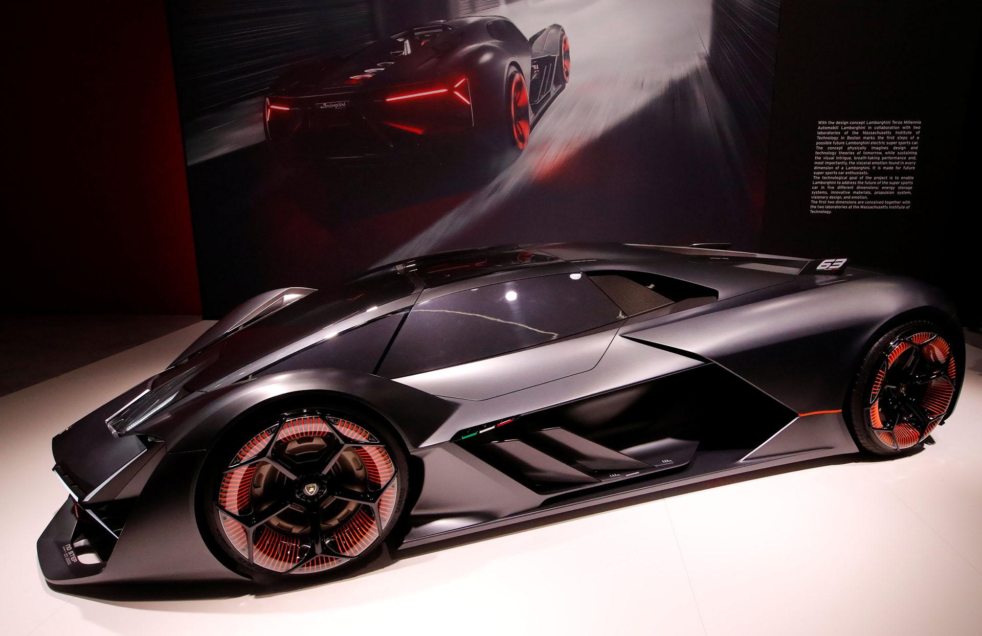 En el stand de Lamborghini también hay un deportivo extraído del futuro. El Lamborghini Terzo Millenio es un concept car que nació en colaboración con estudiantes y profesores del MIT (Massachusetts Institute of Technology). Como se presupone, está cargado de tecnología de última generación: energía eléctrica a través de supercondensadores y una fibra de carbono que se repara sola