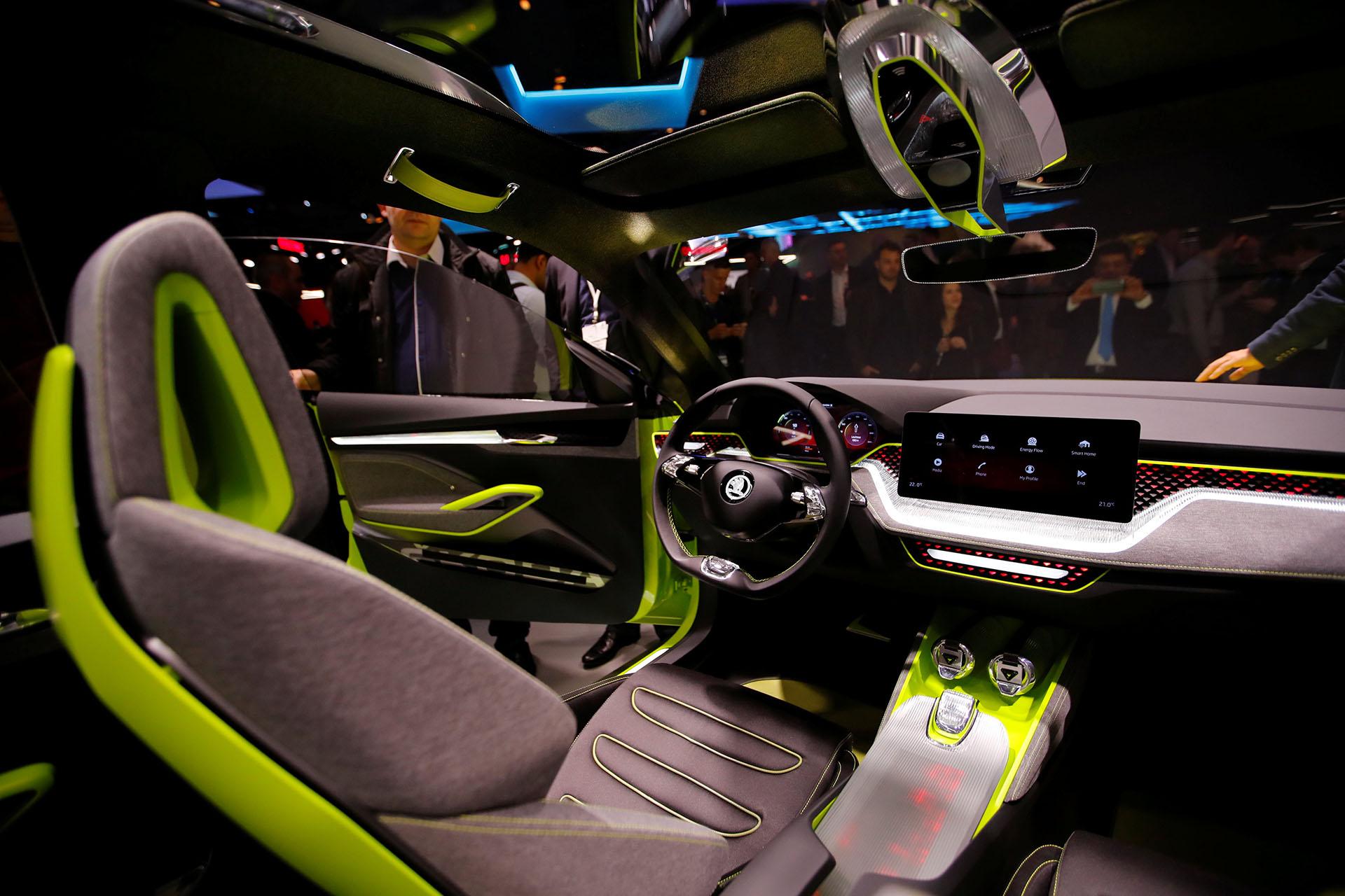 El Vision X de Skoda completa se convierte en el tercer miembro de la familia SUV de la compañía con sede en Mladá Boleslav, ciudad de la República Checa. El crossover urbano se lanzará al mercado en 2019, pero en Ginebra dejó ver un interior con líneas futuristas