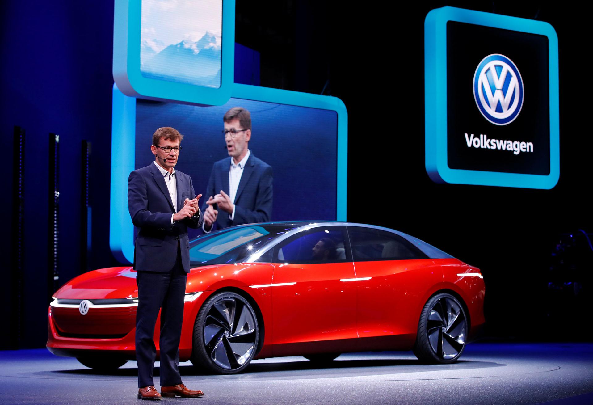 Frank Welsh, responsable de Desarrollo del Comité Ejecutivo de VW, presentó uno de los concepts cars más exóticos de la feria suiza. El Volkswagen I.D. Vizzion es la visión futura del conglomerado alemán