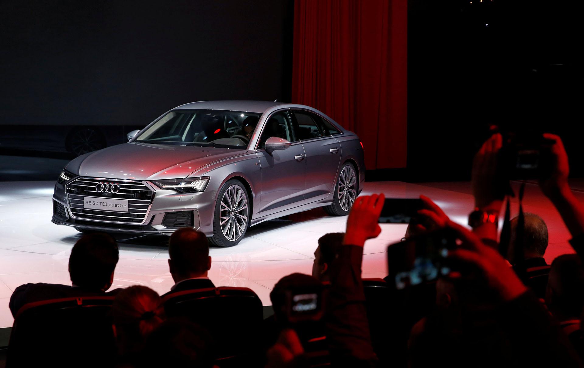 La octava generación del A6 de Audi se mostró en el salón suizo con reseñas en el legado de los nuevos A8 y A7 Sportback. Sin cambios resonantes, la berlina premium de la compañía germana gana versatilidad y prestaciones con sus nuevos propulsores híbridos