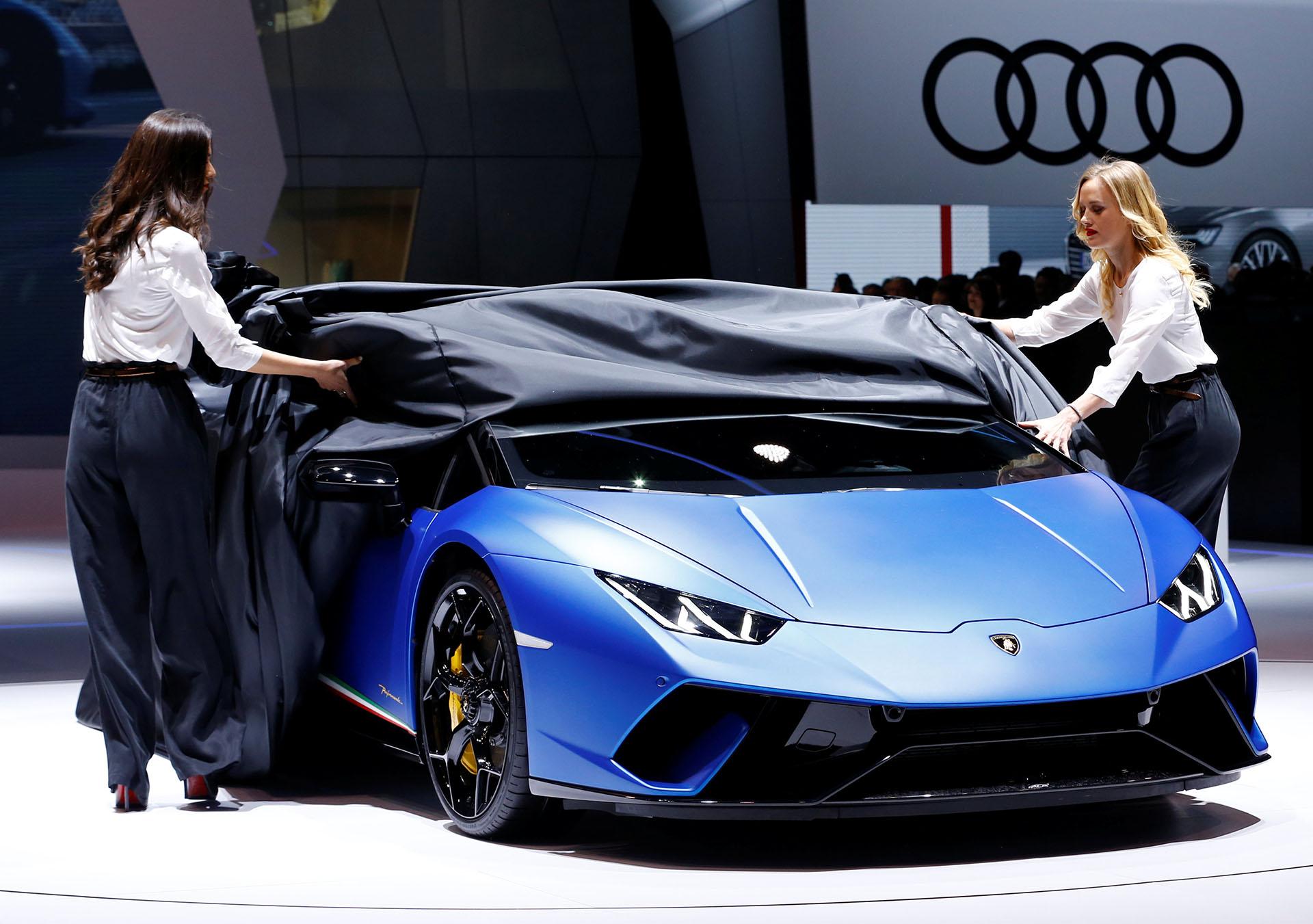 Lamborghini Huracan Performante Spyder es uno de los deportivos más extremos que se exponen en el Salón de Ginebra. El descapotable lleva a un nuevo nivel las sensaciones de conducir a cielo abierto: su motor 5.2 V10 atmosférico eroga 640 caballos de potencia y lo impulsa a 325 kilómetros por hora