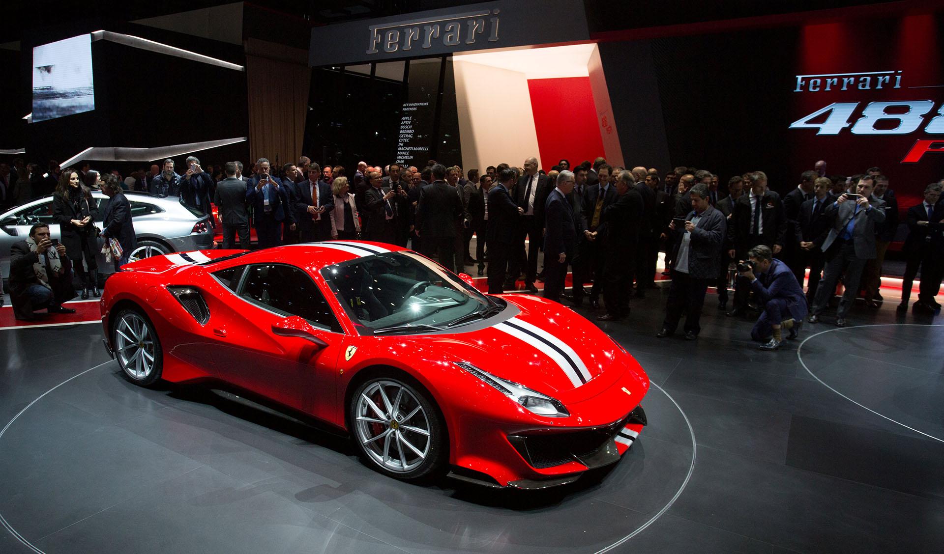 """El Ferrari 488 Pista es una de las principales atracciones del Salón de Ginebra. La escudería italiano lo definió como un """"concentrado de emociones y prestaciones"""". El modelo es la versión más radical y visceral del 488 GTB y el rey en la dinastía de los motores V8"""