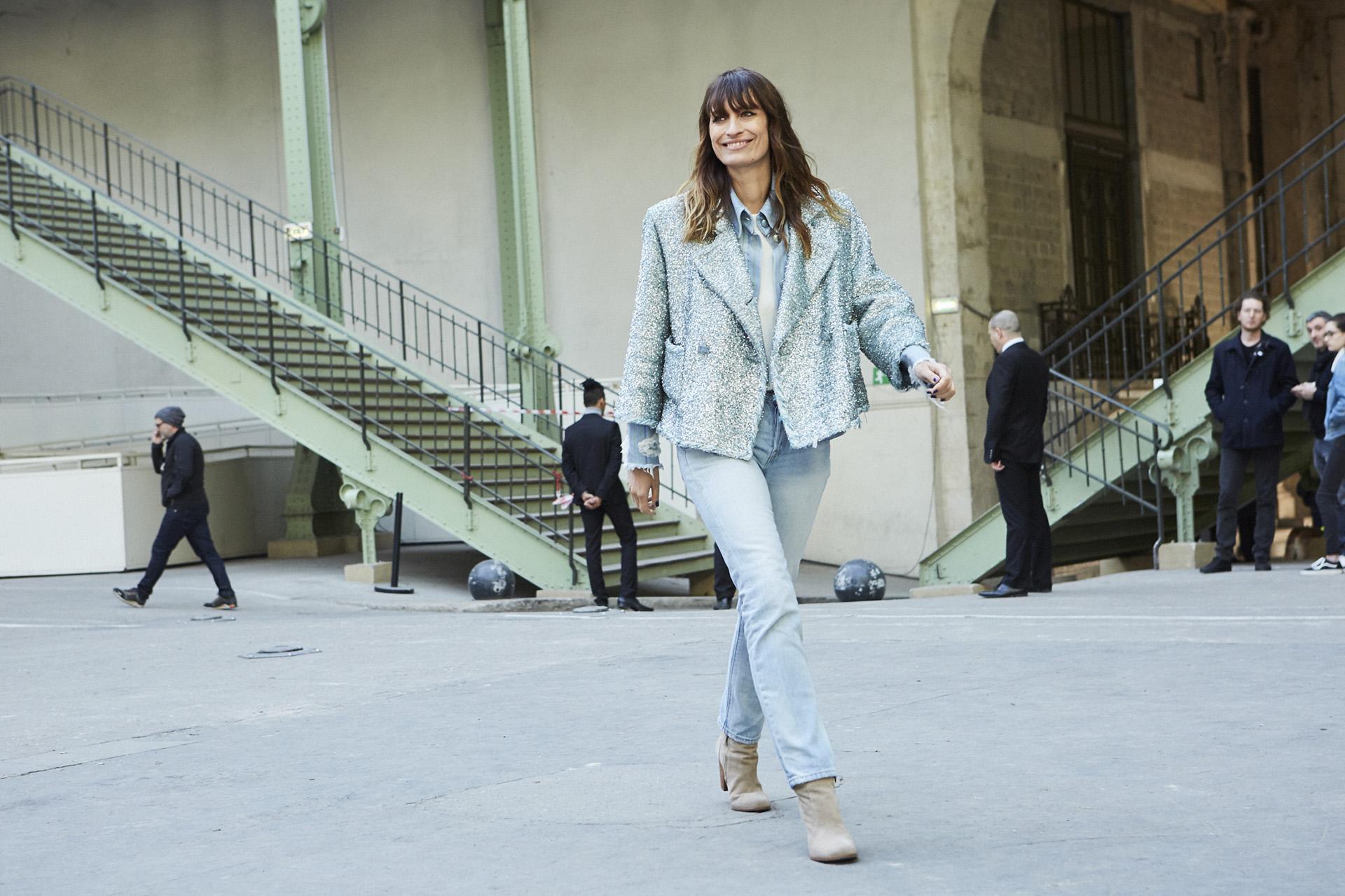 Caroline de Maigret, la modelo francesa impone su estilo chic y relajado en cada aparición pública, esta vez se inclinó porlook total denim, camisa, jeans y chaqueta tweed perteneciente a la colección Primavera-Verano Ready-to-Wear 2018.