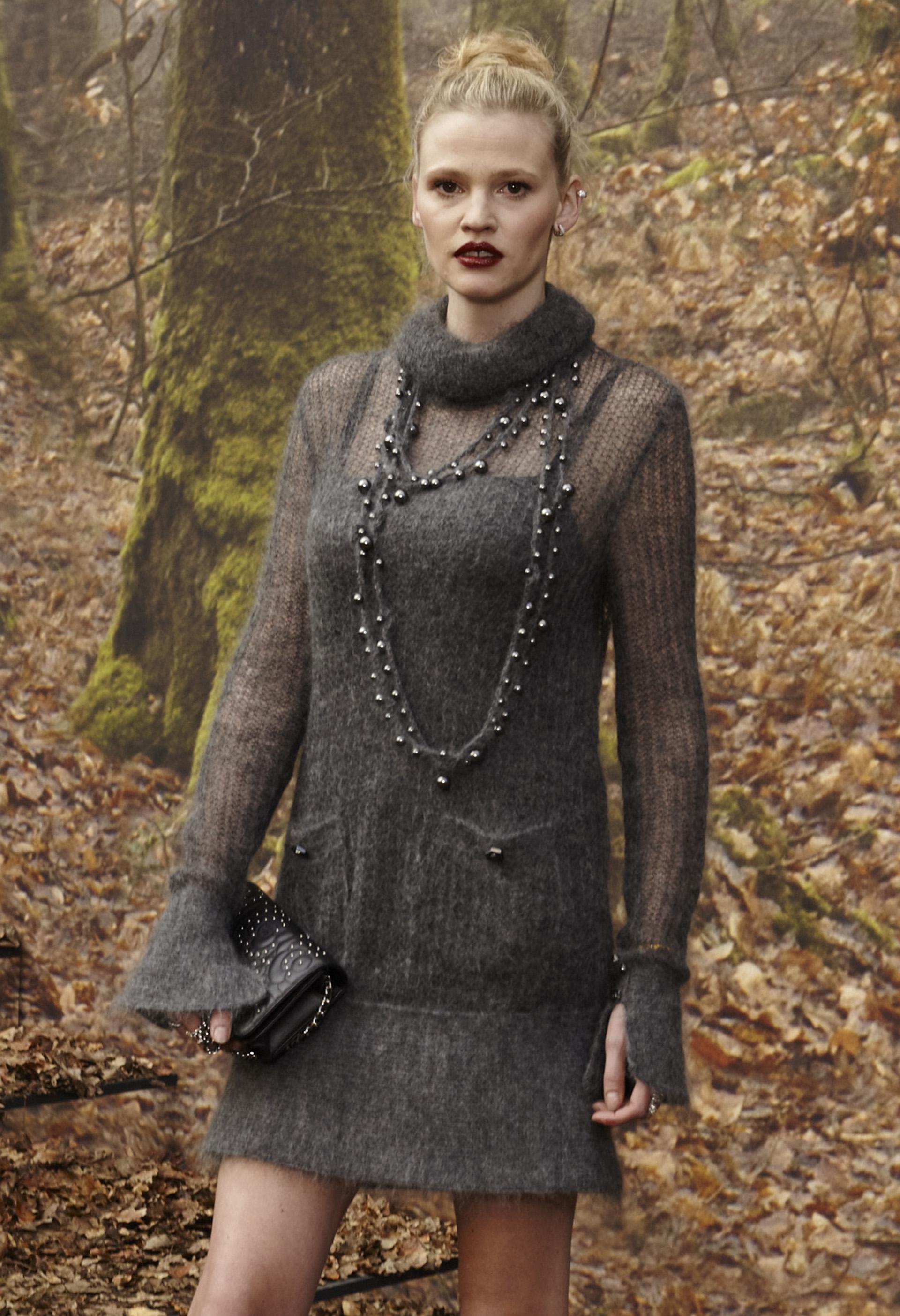 La modelo británica -Lara Stone- siguiendo la línea de la última presentación de Karl Lagerfeld con un vestido cashmere gris de cuello alto y pulños acampanados