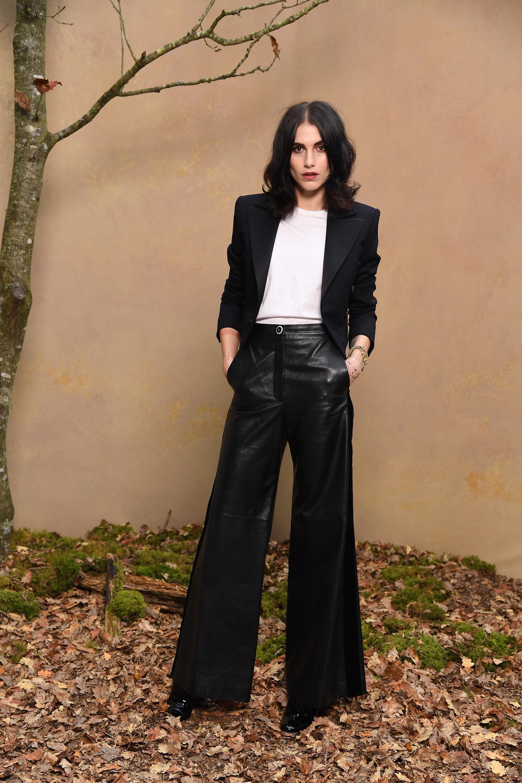 Langley Fox, la reconocida ilustradora apostó al cuero con un palazzo tiro medio,que complementó con camisa blanca y saco negro.