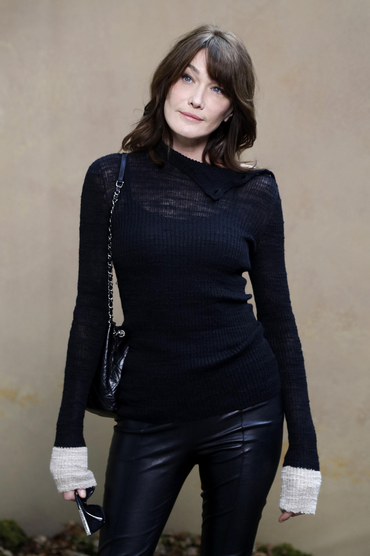 La cantante francesa y exprimera dama francesa- Carla Bruni -siempre chic- en cuero y tejido