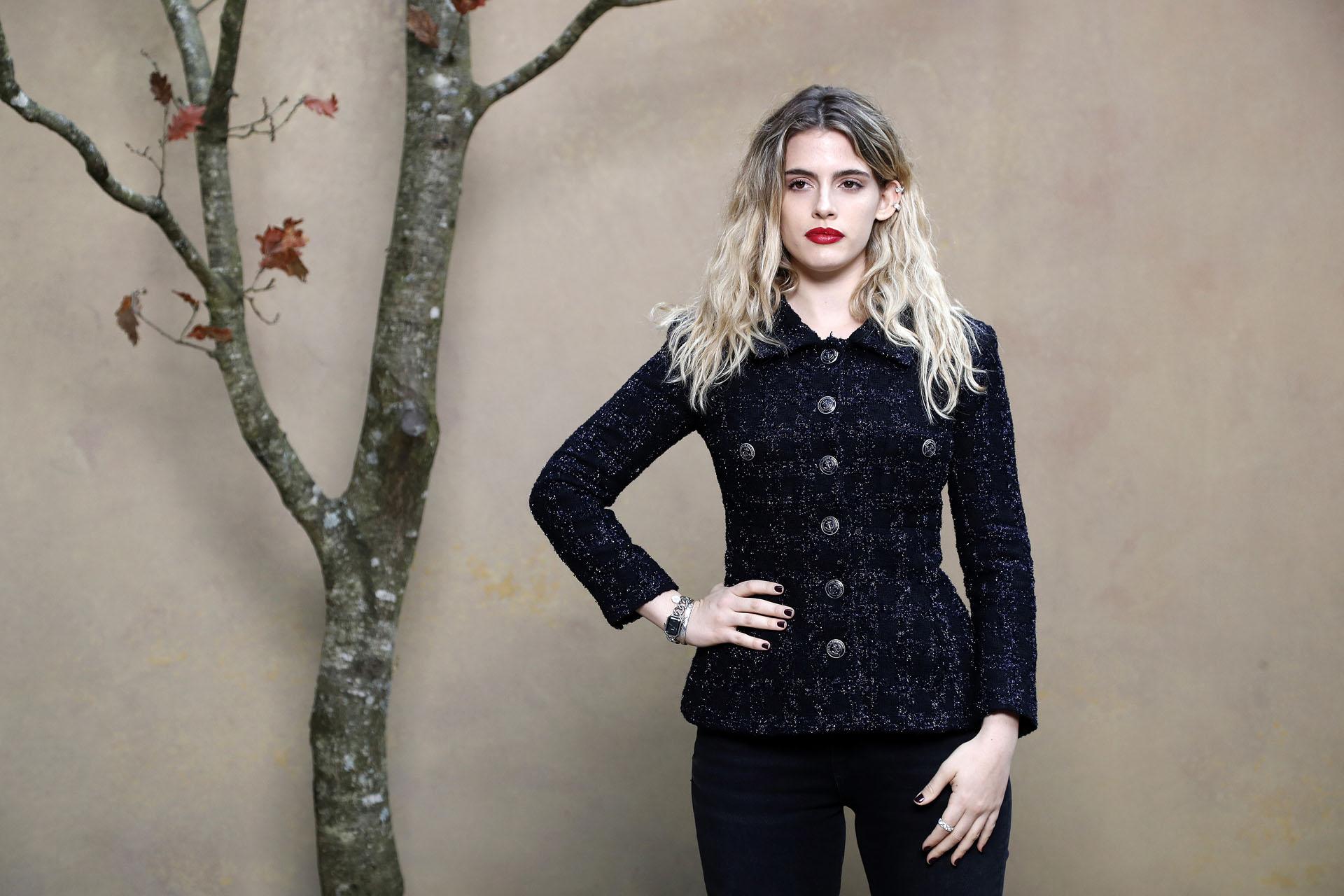 La actriz y cantante argentina Chiara Parravicini llevó una chaqueta azul, de la colección