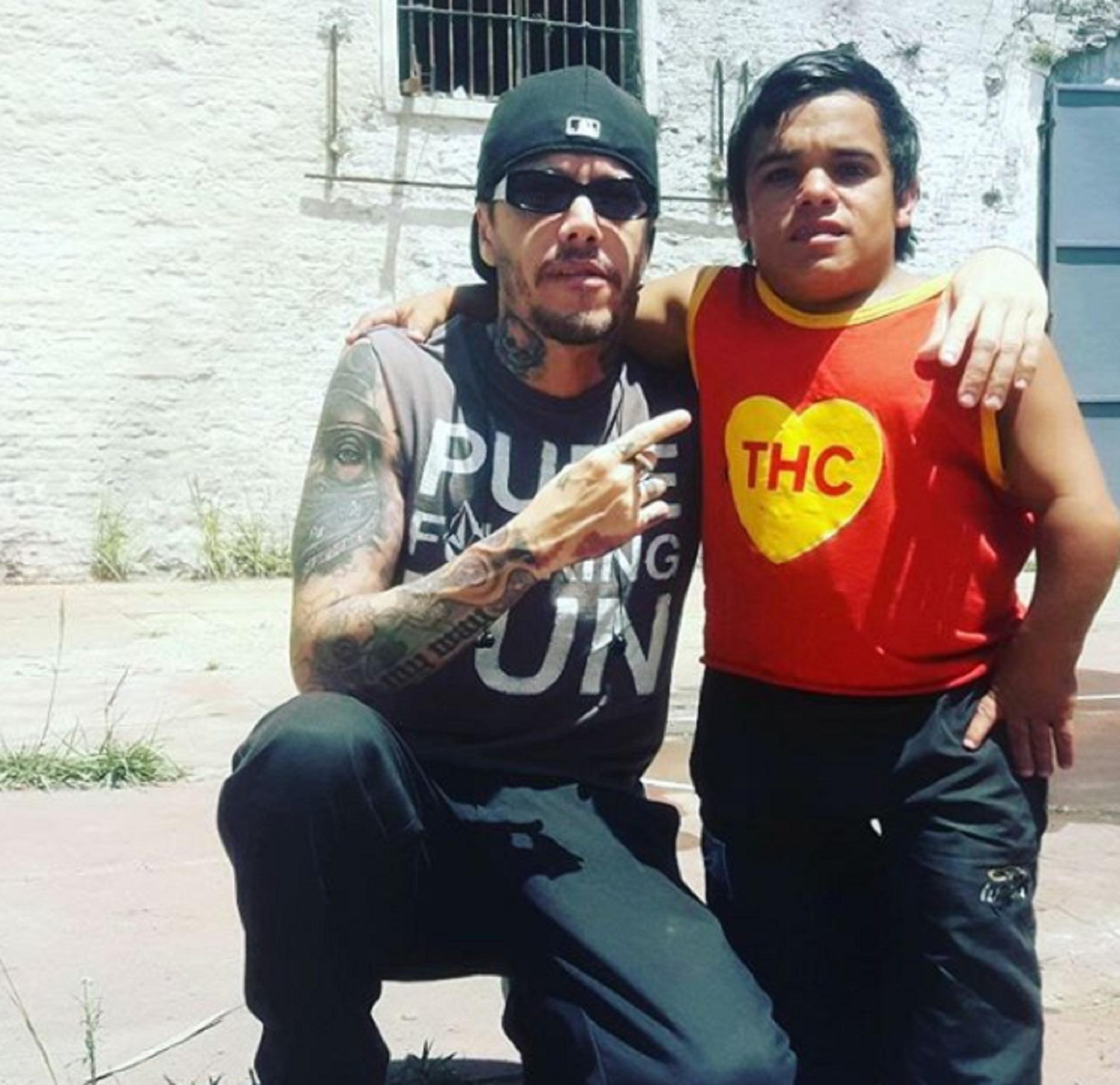 El director de Underground junto al actor en la ex cárcel de Caseros, en donde graban la segunda temporada de El Marginal