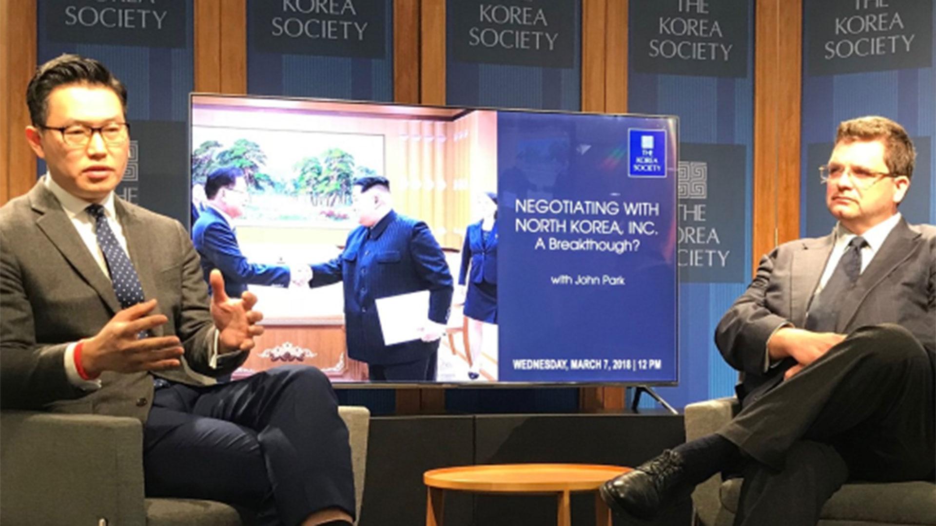 John Park (izquierda), el director del Korea Working Group en la Universidad de Harvard